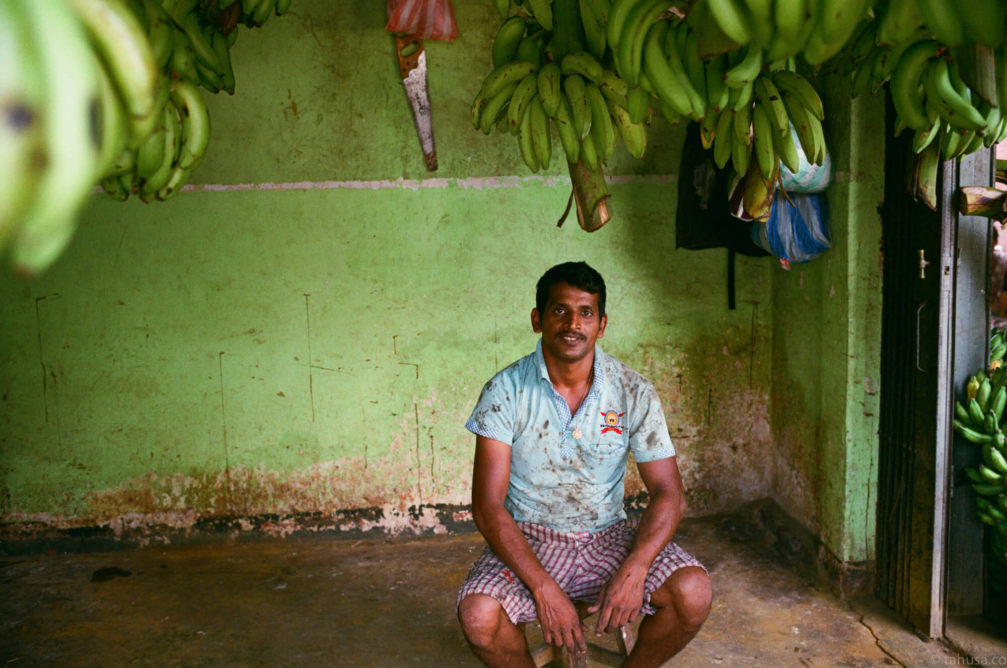 banana-store-posing-inside-斯里蘭卡-Colombo-pettah-market-manning-sri-lanka-sri-lankan-nuwara-eliya-colombo-using-film-camera-with-analog-fuji-superia-premium-400-iso400-with-leica-summilux-35mm-f1.4-asph-fle
