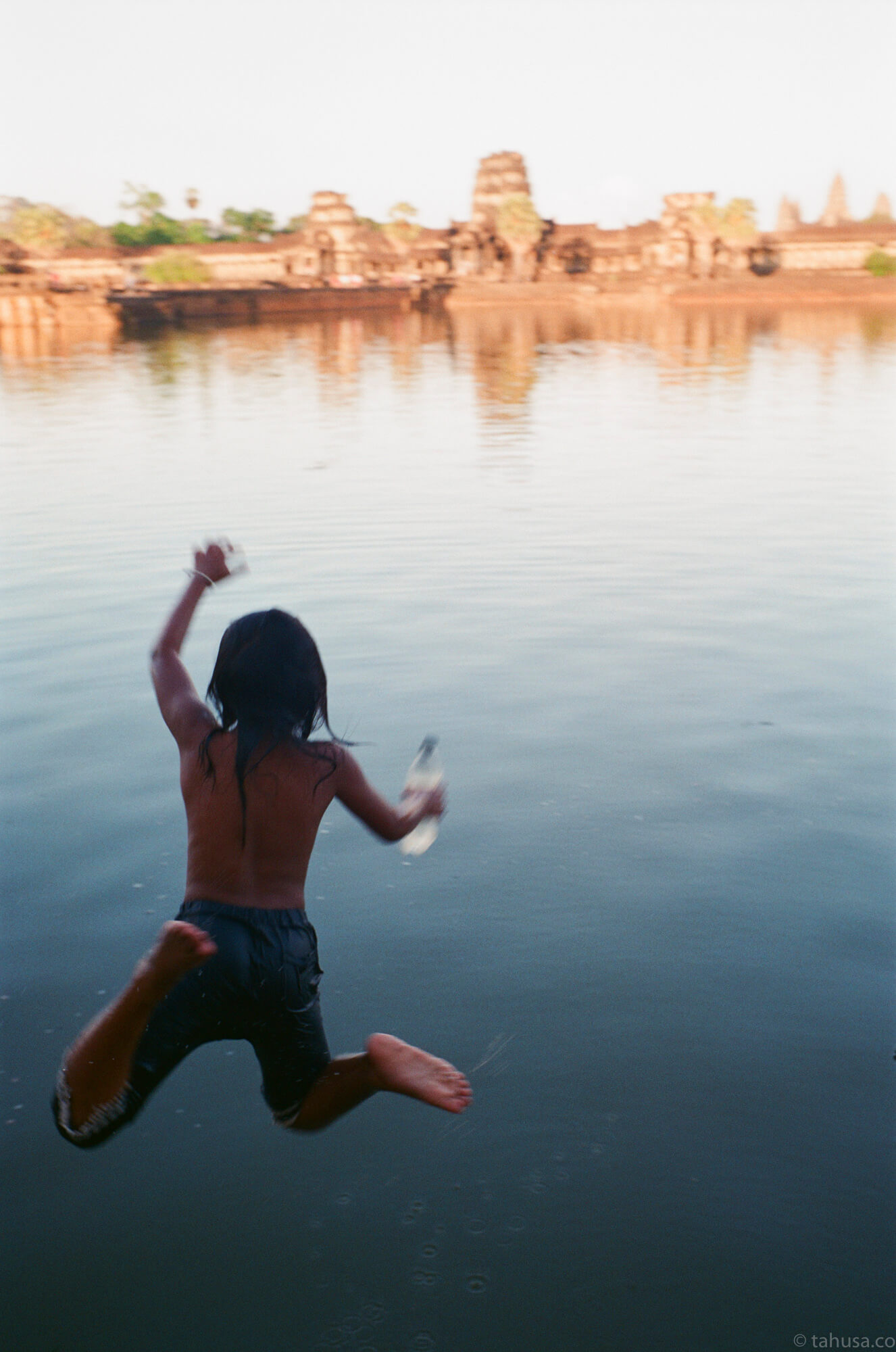 girl-jumping-into-the-lake-cambodia-angkor-siem-reap-south-east-asia-travel-travelling-street-snap-using-leica-m2-summilux-35mm-f1.4-infinity-lock-pre-asph-analog-film-is-fuji-fujifilm-superia-premium-400-iso400