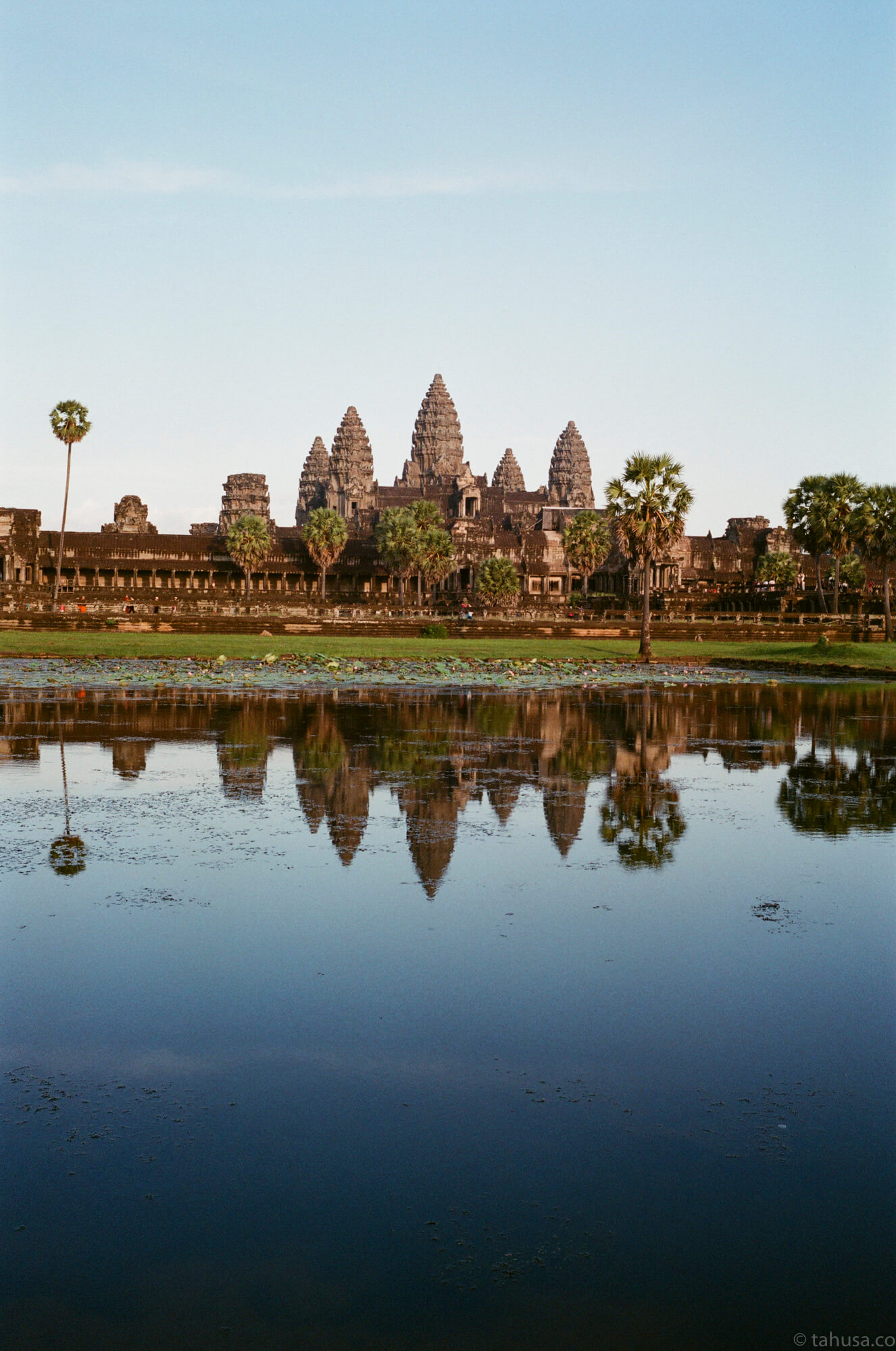 standard-view-of-angkor-wat-small-cambodia-angkor-siem-reap-south-east-asia-travel-travelling-street-snap-using-leica-m2-summicron-35mm-f2-v1-8elements-analog-film-is-fuji-fujifilm-superia-premium-400-iso400