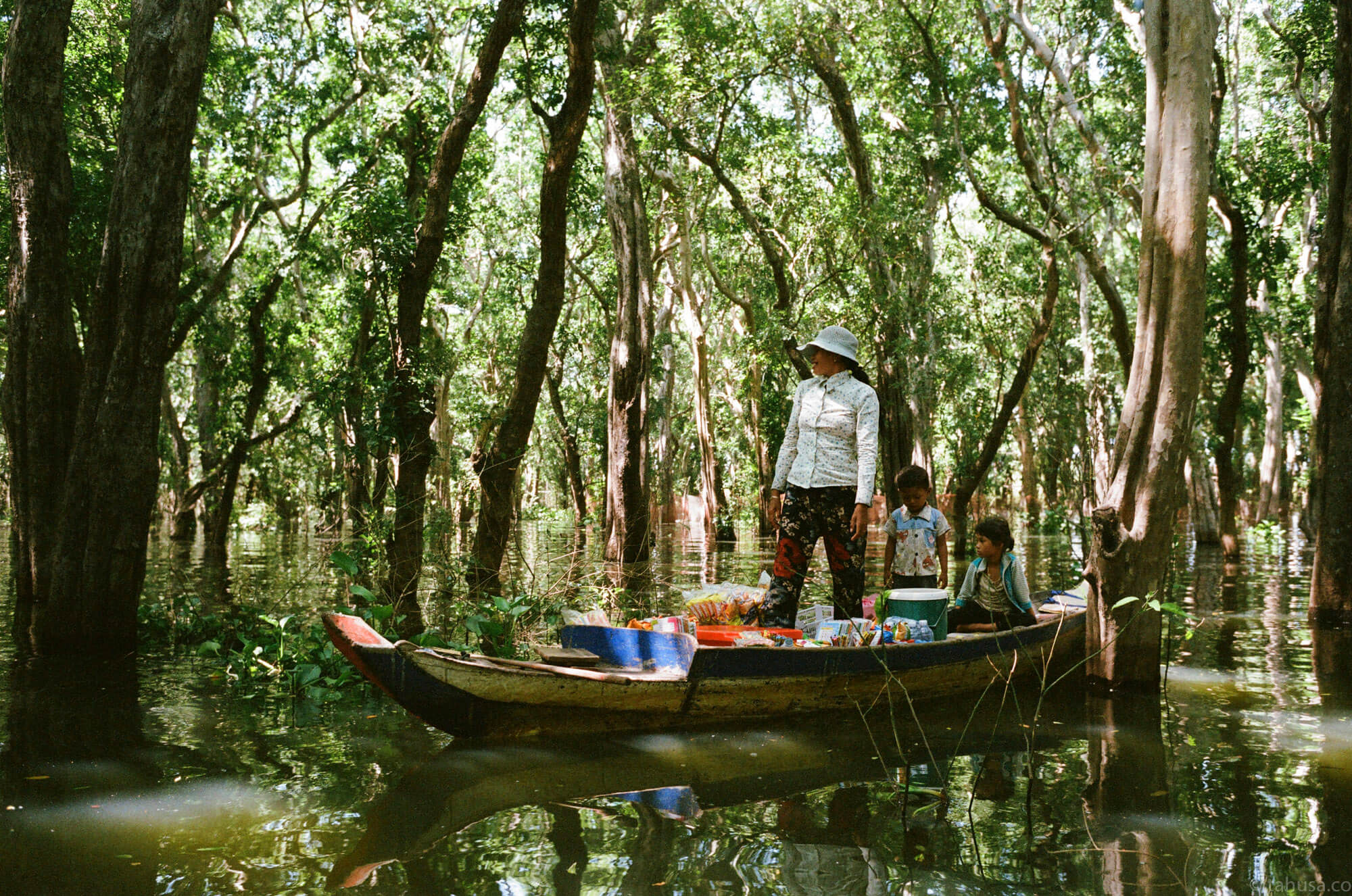 selling-snacks-on-boat-family-in-mangrove-forest-floating-village-cambodia-angkor-siem-reap-south-east-asia-travel-travelling-street-snap-using-leica-m2-summicron-35mm-f2-v1-8elements-analog-film-is-fuji-fujifilm-superia-premium-400-iso400