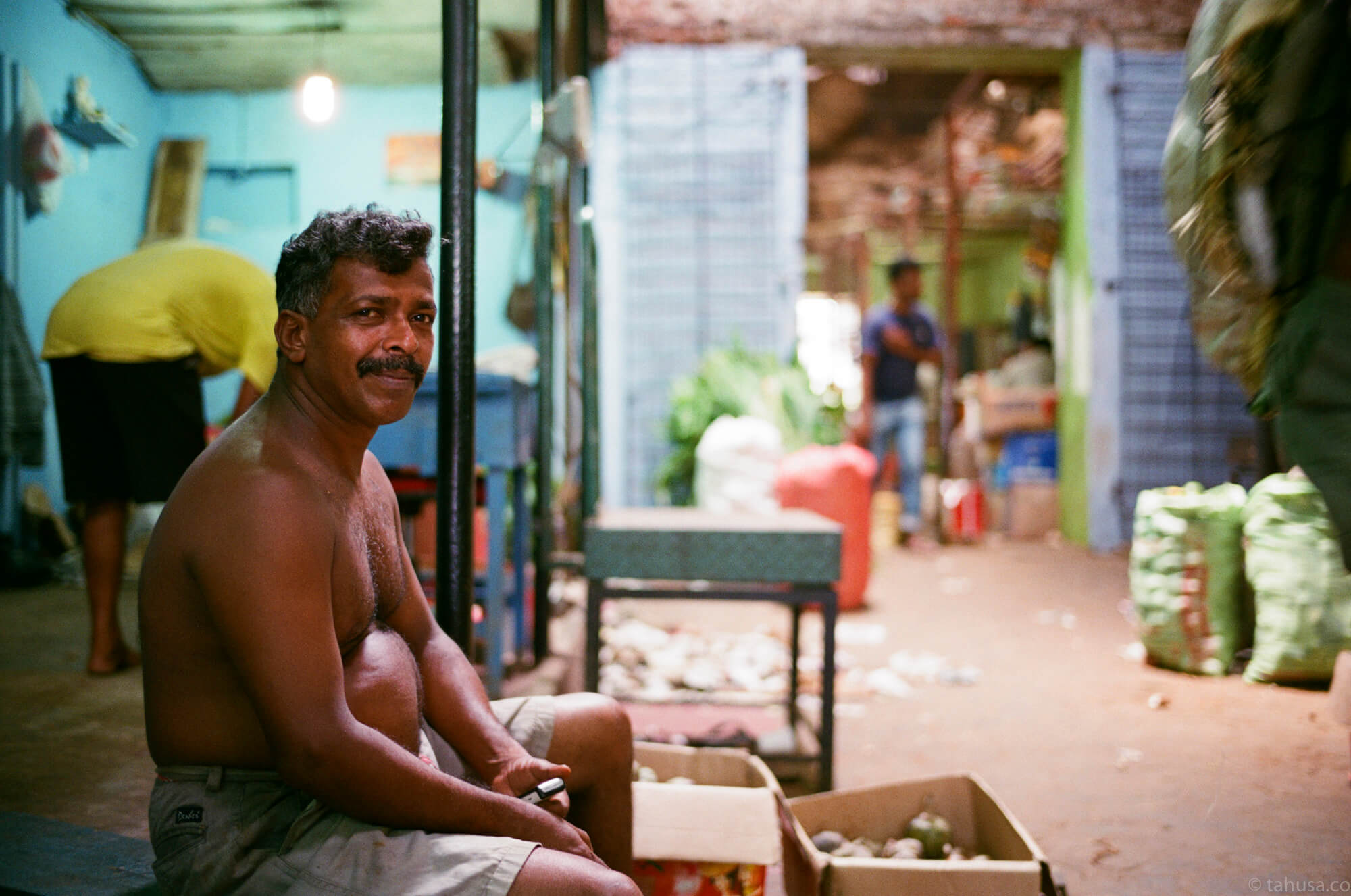 man-sitting-inside-market-斯里蘭卡-Colombo-pettah-market-manning-sri-lanka-sri-lankan-nuwara-eliya-colombo-using-film-camera-with-analog-fuji-superia-premium-400-iso400-with-leica-summilux-35mm-f1.4-asph-fle-film-review-blog