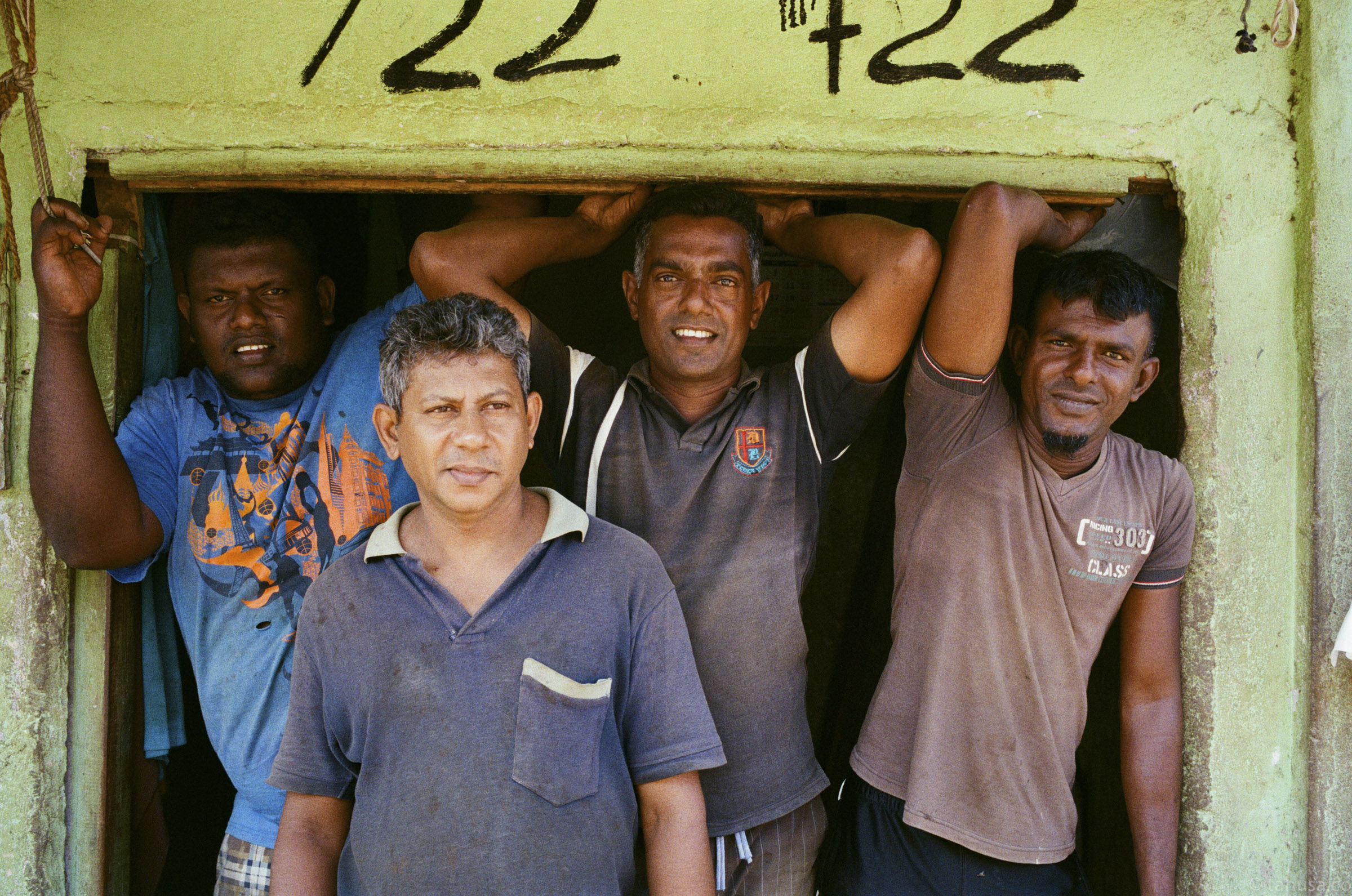 local-workers-friends-documentary-in-sri-lanka-colombo-pettah-manning-market-local-life-kodak-supergold-400-iso400-Leica-summilux-35mm-f1.4-FLE-ASPH