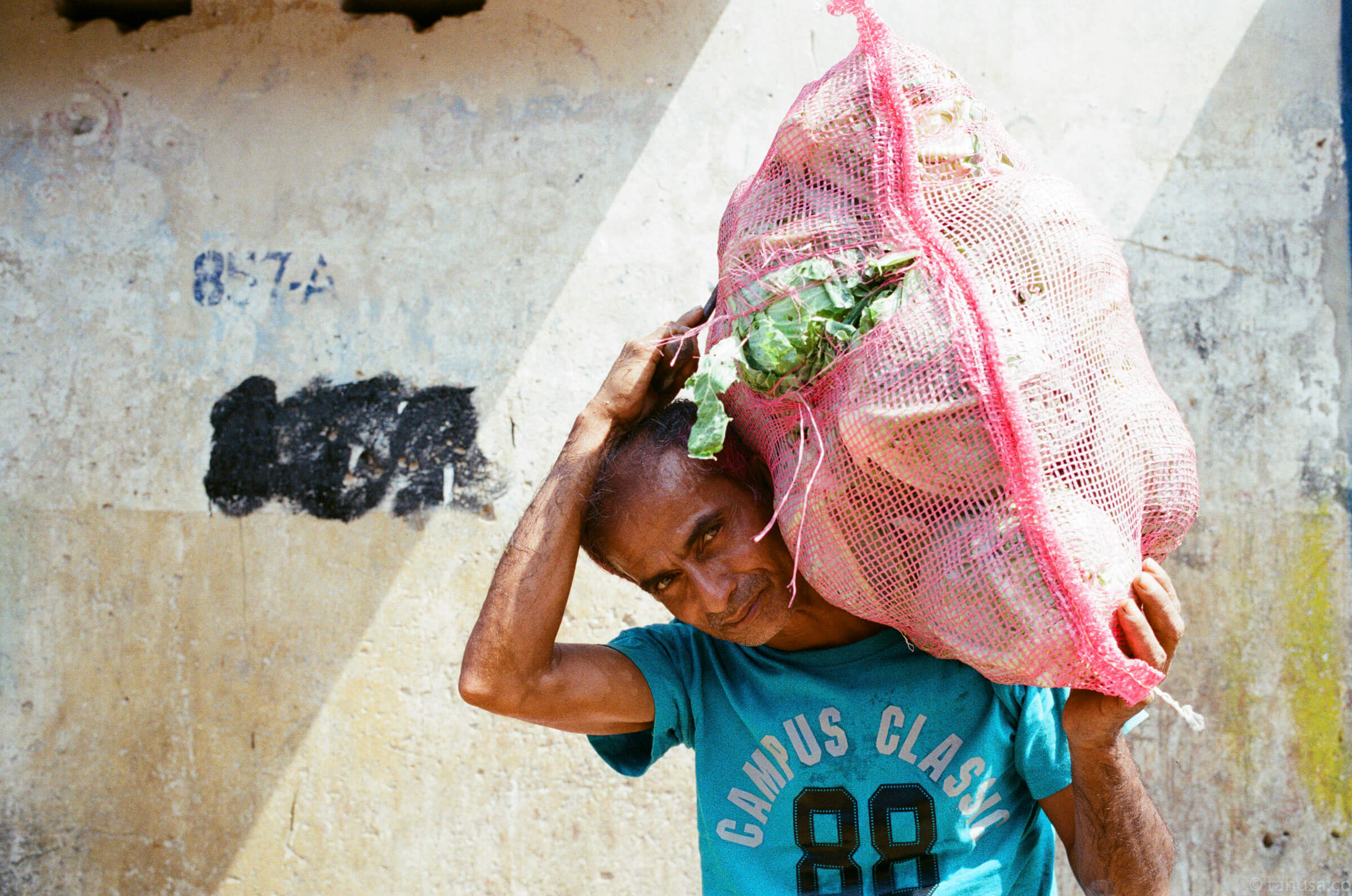 man-holding-stock-carrying-fruits-cabbages-documentary-in-sri-lanka-colombo-pettah-manning-market-local-life-kodak-supergold-400-iso400-Leica-summilux-35mm-f1.4-FLE-ASPH
