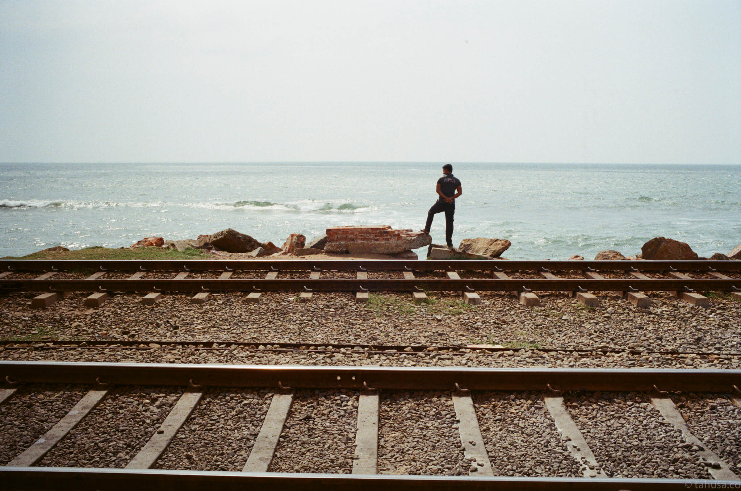 men-standing-on-train-track-documentary-in-sri-lanka-colombo-galle-face-green-local-life-kodak-supergold-400-iso400-Leica-summilux-35mm-f1.4-FLE-ASPH