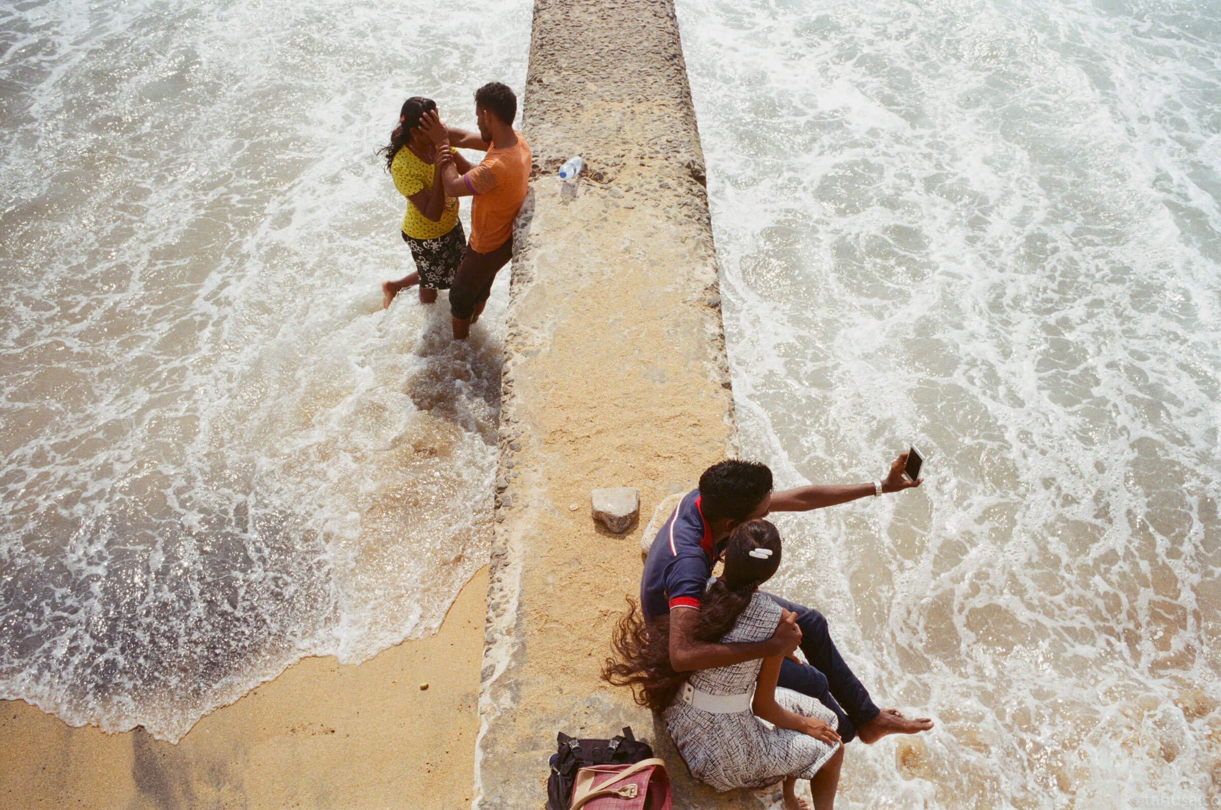 selfie-love-couple-documentary-in-sri-lanka-colombo-galle-face-green-local-life-kodak-supergold-400-iso400-Leica-summilux-35mm-f1.4-FLE-ASPH