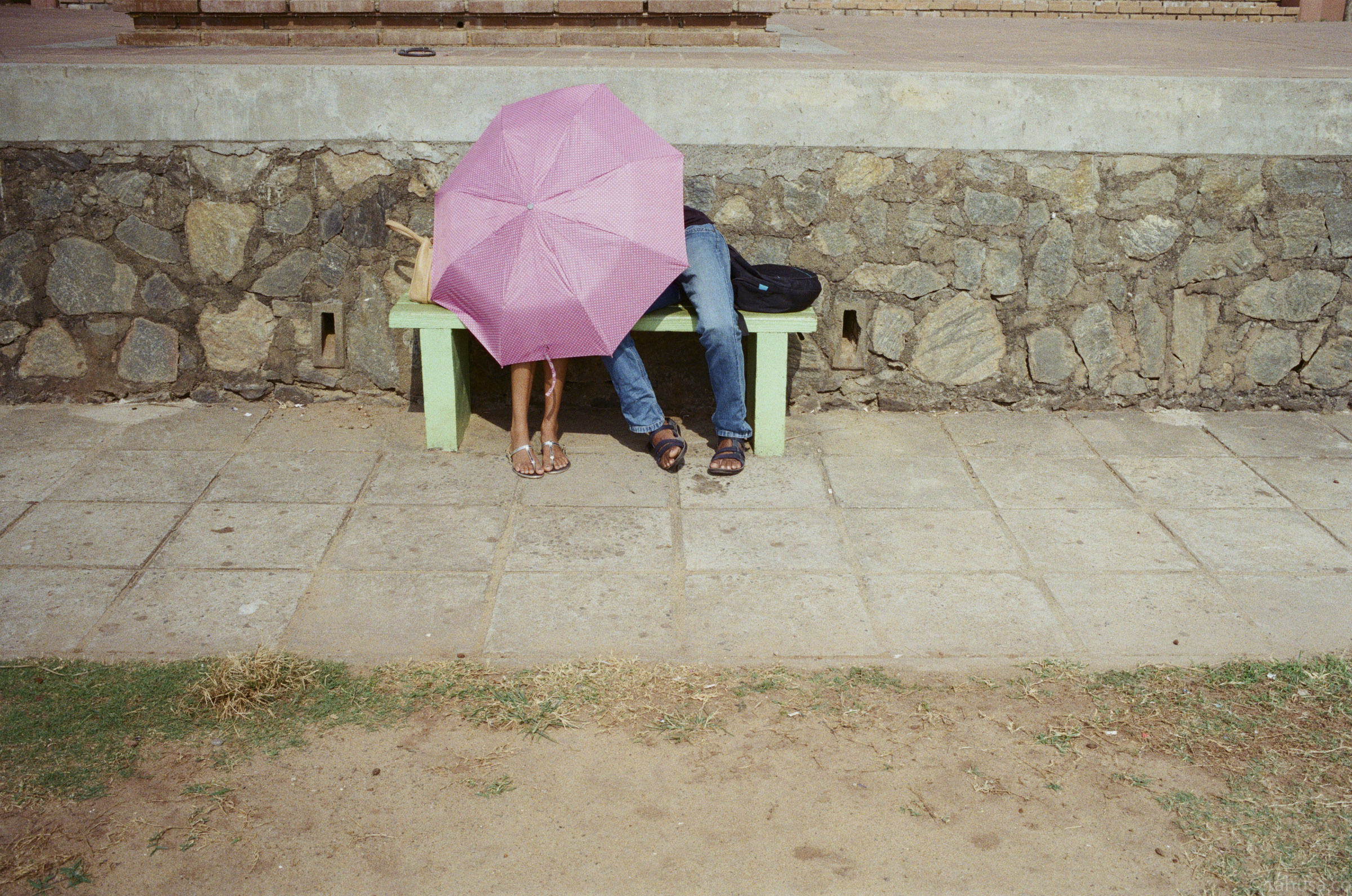 under-the-same-umbrella-love-couple-documentary-in-sri-lanka-colombo-galle-face-green-local-life-kodak-supergold-400-iso400-Leica-summilux-35mm-f1.4-FLE-ASPH