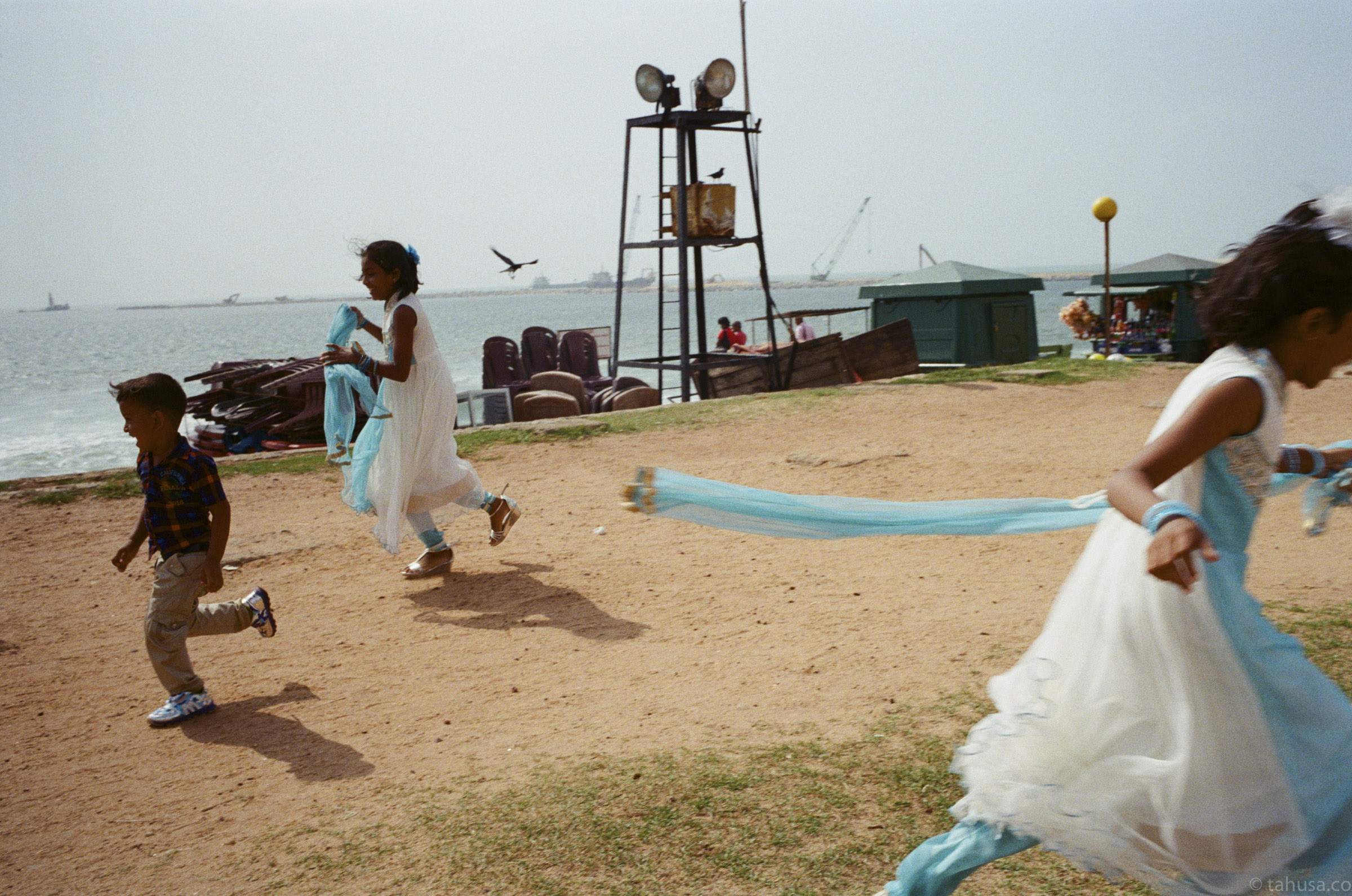 children-chasing-around-in-waterfront-documentary-in-sri-lanka-colombo-galle-face-green-local-life-kodak-supergold-400-iso400-Leica-summilux-35mm-f1.4-FLE-ASPH