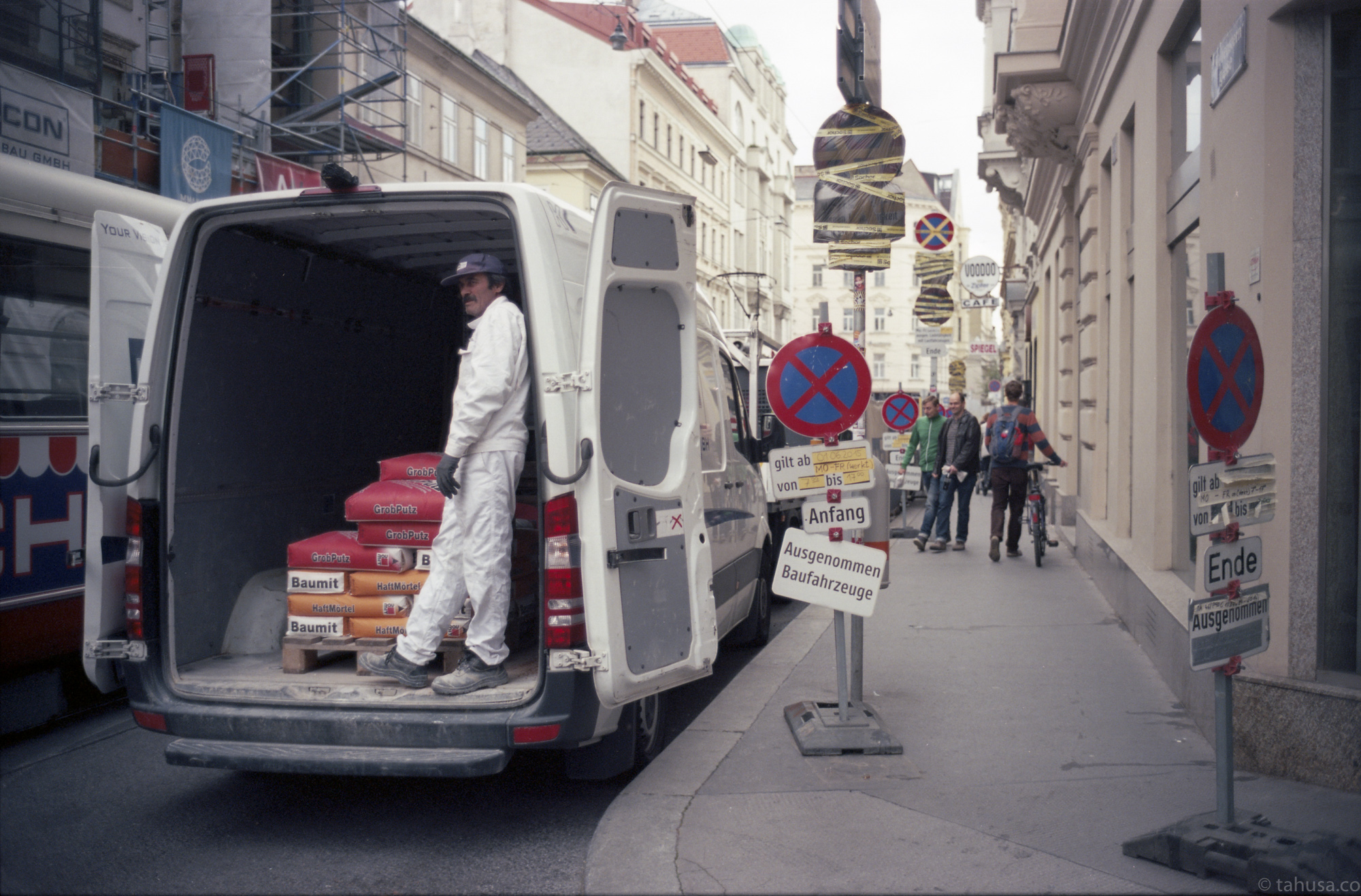 roaming-in-the-street-in-vienna-people-loading-stocks-and-materials-Austria-travel-photography-using-ektar-100-kodak-and-summicron-35mm-f2-8elements-v1-leica-film