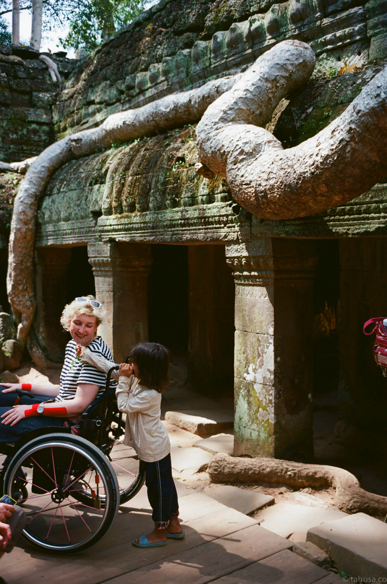 cute-kid-giving-flower-to-the-disabled-lady-warm-scene-in-angkor-wat-cambodia-travel-photography-using-ektar-100-kodak-and-summicron-35mm-f2-8elements-v1-leica-film