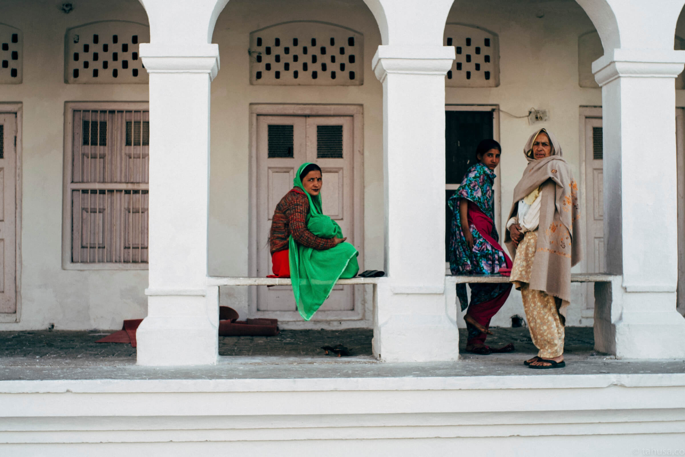 ladies-outside-temple-Una-India-chardigarn