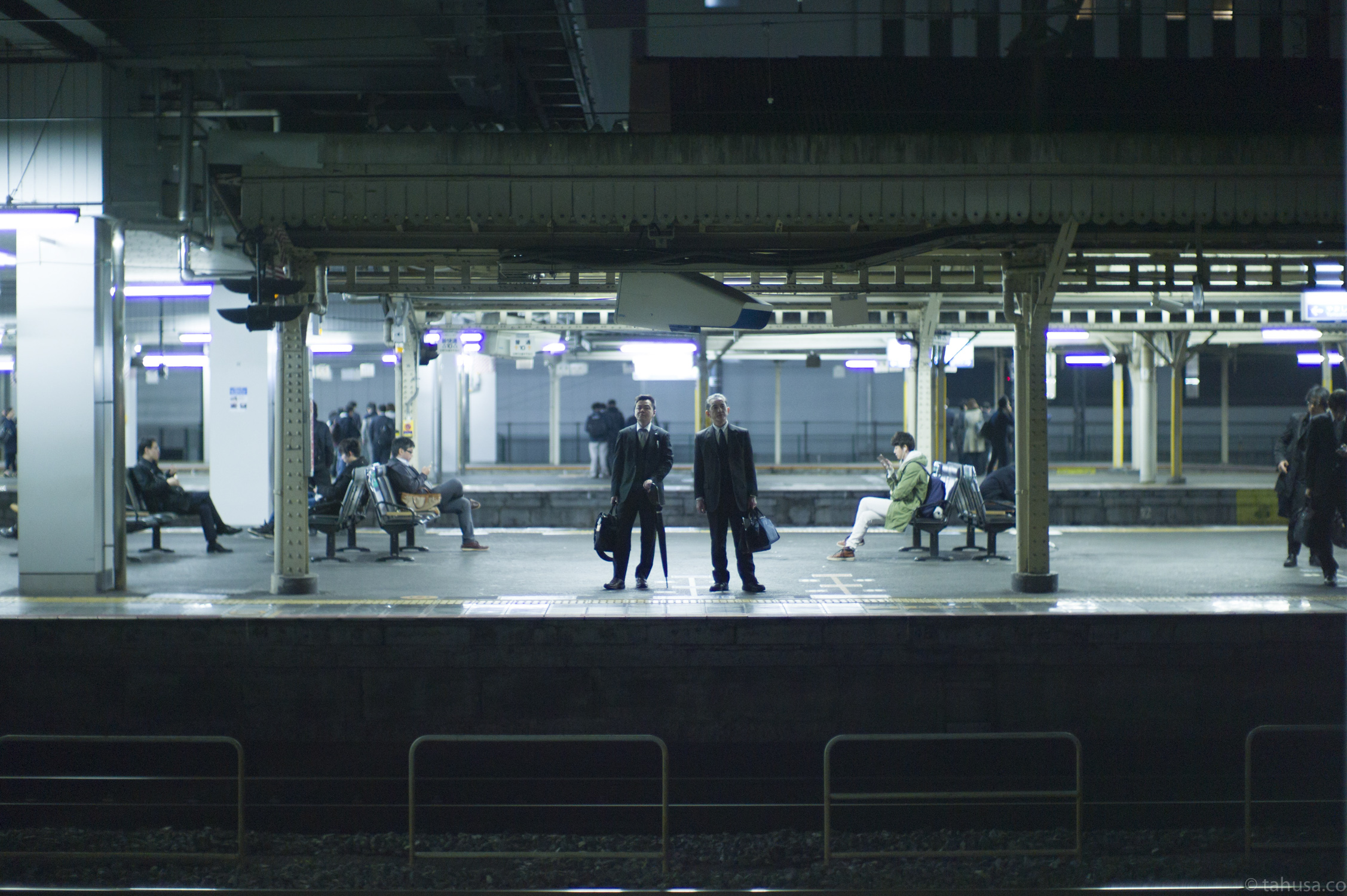 JR-station-movie-scene-man-standing-next-to-each-other-waiting-for-train-coming-kyoto-japan-japanese-street-snap-portrait-using-leica-m9-m9p-Noctilux-50mm-50-f1-f1.0-e58-v1-digital-camera-travel