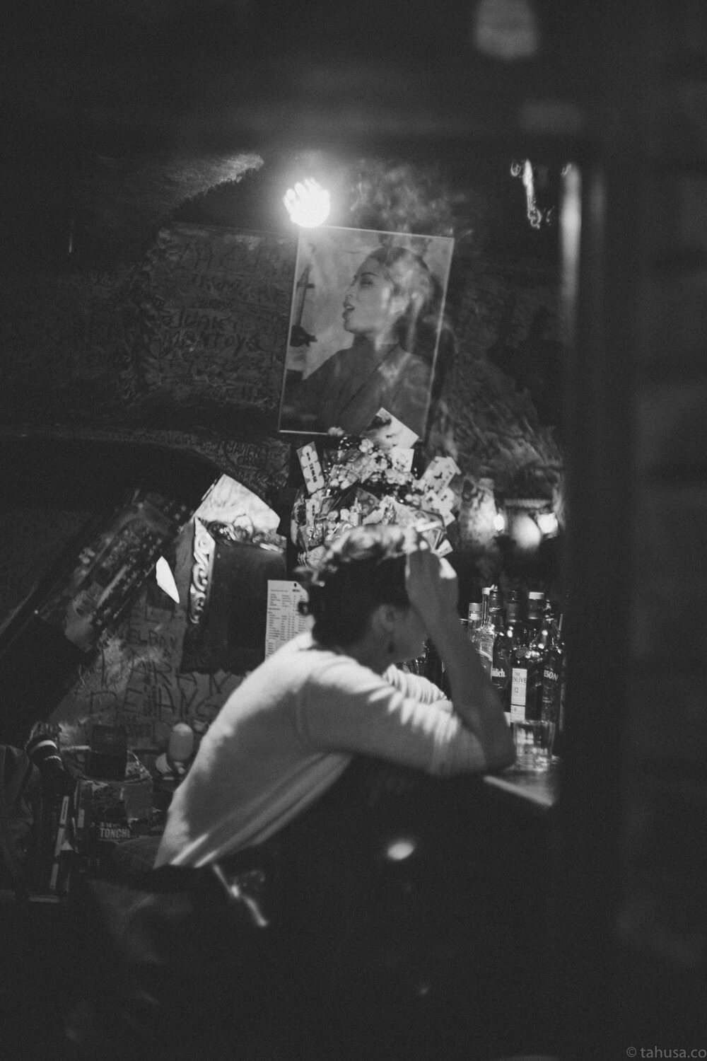 woman-drinking-and-smoking-in-bar-inside-Goldengai-Golden-Gai-Famous-shinjuku-district-japan-street-tokyo-streetphotography-blackandwhite-BW-B&W-japanese-travel-with-Sony-A7-A7II-digital-camera-old-nokton-voigtlander-50mm-f1.5-1.5-prominent-mount-vintage