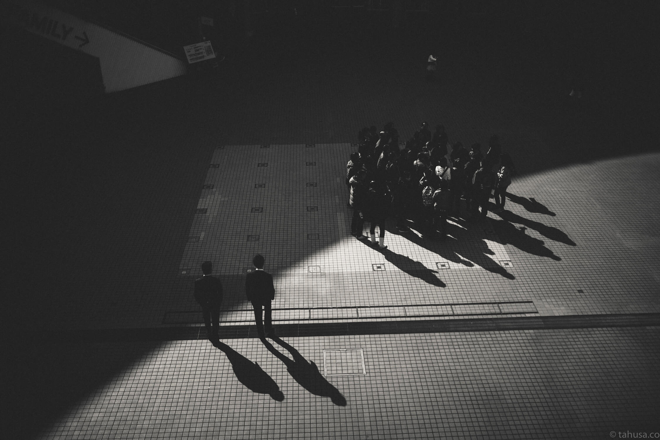 outliners-outside-crowd-creating-geometry-circle-district-japan-street-tokyo-streetphotography-blackandwhite-BW-B&W-japanese-travel-with-Sony-A7-A7II-digital-camera-old-nokton-voigtlander-50mm-f1.5-1.5-prominent-mount-vintage