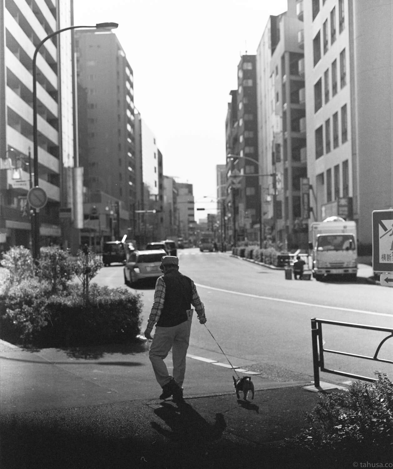 Old-man-with-his-dog-walking-in-shinjuku-district-japan-street-tokyo-streetphotography-blackandwhite-BW-B&W-japanese-travel-with-pentax-67-6x7-mediumformat-medium-format-120-Delta-400-Ilford-Film-analog-105mm-f2.4-super-takumar