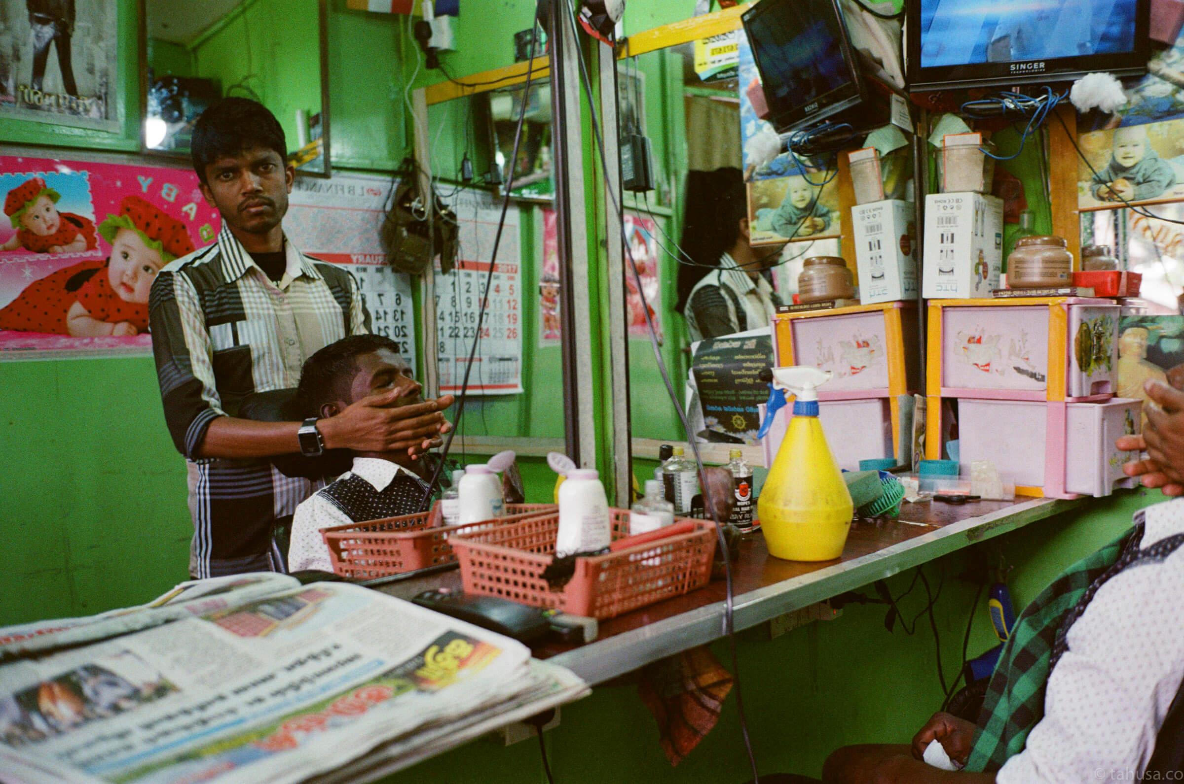 almost-done-with-his-haircut-in-salon-in-Nuwara-Eliya-Sri-Lanka-Travel-documentary-train-ride-using-leica-m2-Kodak-Super-Gold-400-iso400-Jap-jp-japanese-version-Summilux-35mm-f1.4-infinity-lock-pre-asph