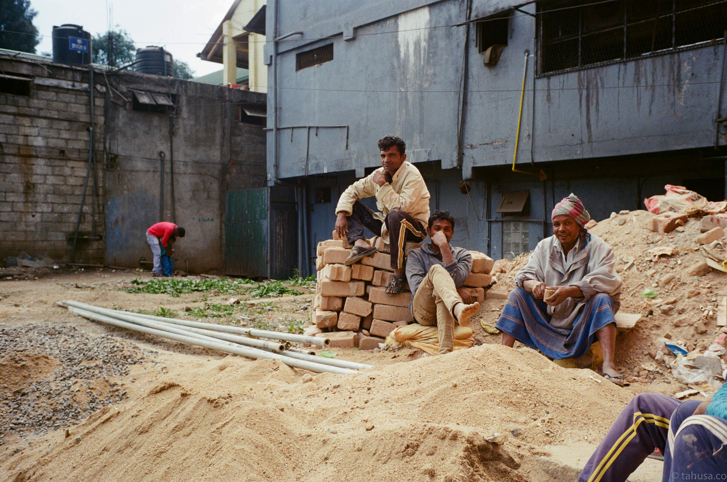 construction-workers-taking-a-break-Nuwara-Eliya-Sri-Lanka-Travel-documentary-train-ride-using-leica-m2-Kodak-Super-Gold-400-iso400-Jap-jp-japanese-version-Summilux-35mm-f1.4-infinity-lock-pre-asph