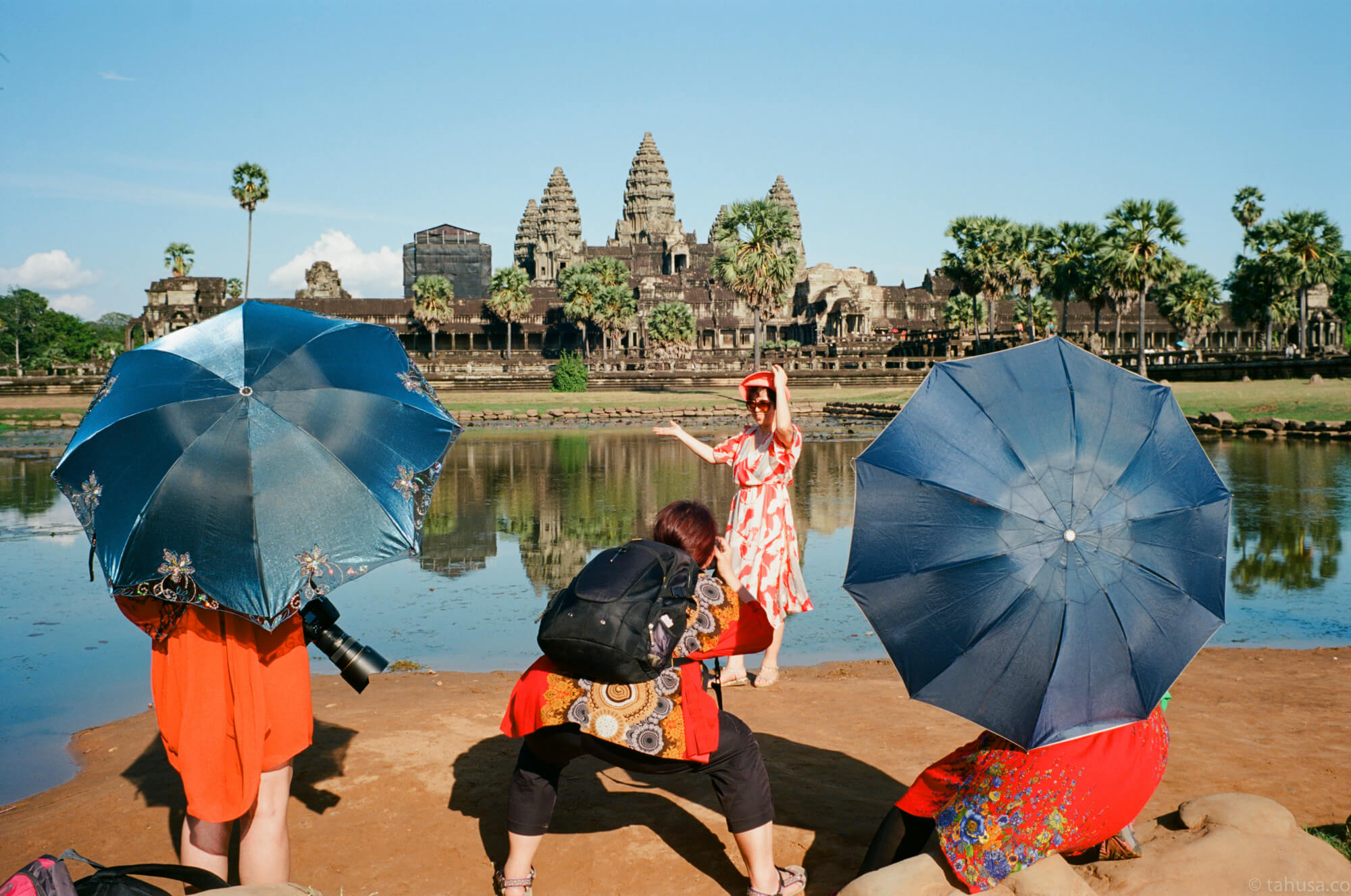 Chinese-women-posing-with-umbrella-Angkor-Siem-Reap-Cambodia-travel-photography-using-ektar-100-kodak-and-summilux-35mm-f1.4-pre-asph-infinity-lock-leica-film