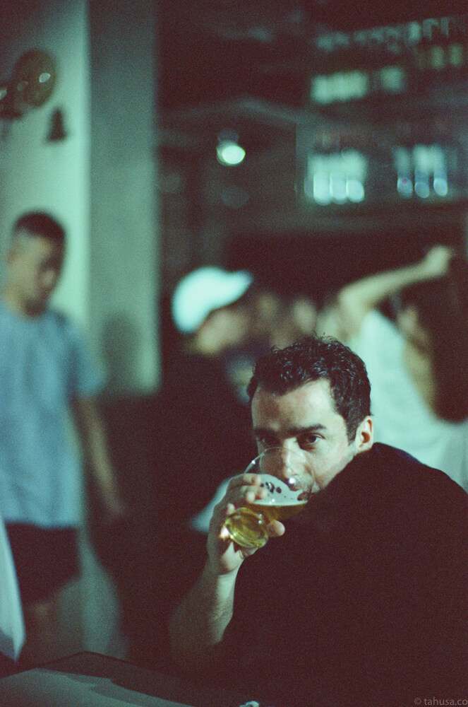 drinking-portrait-wong-kar-wai-night-life-Hong-Kong-HK-Cinestill-800T-800-iso800-Tungsten-film-movie-kodak-with-Noctilux-50mm-f1-f1.0-e58-v1-large-aperture-bokeh-grain-pushed