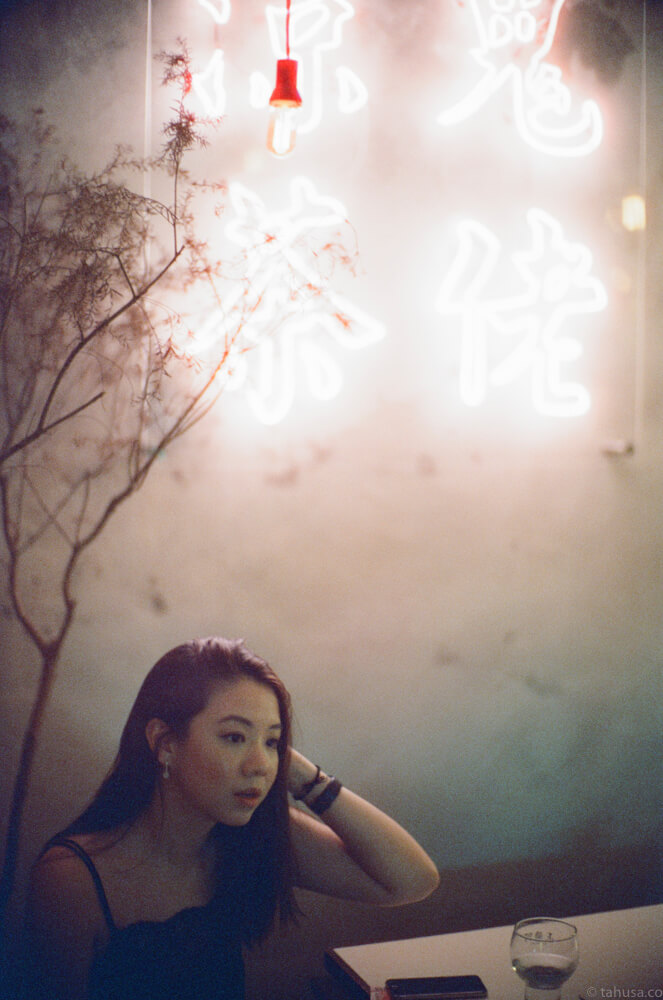 65-peel-bar-christabel-portrait-wong-kar-wai-night-life-Hong-Kong-HK-Cinestill-800T-800-iso800-Tungsten-film-movie-kodak-with-Noctilux-50mm-f1-f1.0-e58-v1-large-aperture-bokeh-grain-pushed
