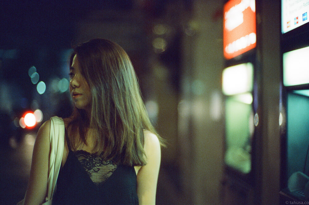 before-going-home-christabel-portrait-wong-kar-wai-night-life-Hong-Kong-HK-Cinestill-800T-800-iso800-Tungsten-film-movie-kodak-with-Noctilux-50mm-f1-f1.0-e58-v1-large-aperture-bokeh-grain-pushed
