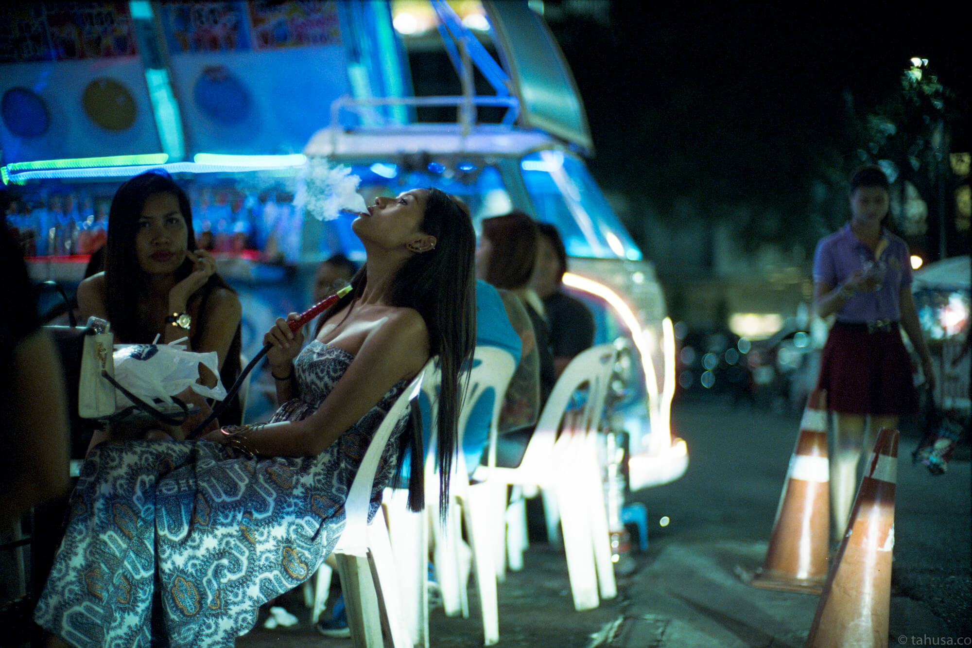 shisha-puff-pattaya-thailand-HK-Cinestill-800T-800-iso800-Tungsten-film-movie-kodak-with-Noctilux-50mm-f1-f1.0-e58-v1-large-aperture-bokeh-grain-pushed-street-snap