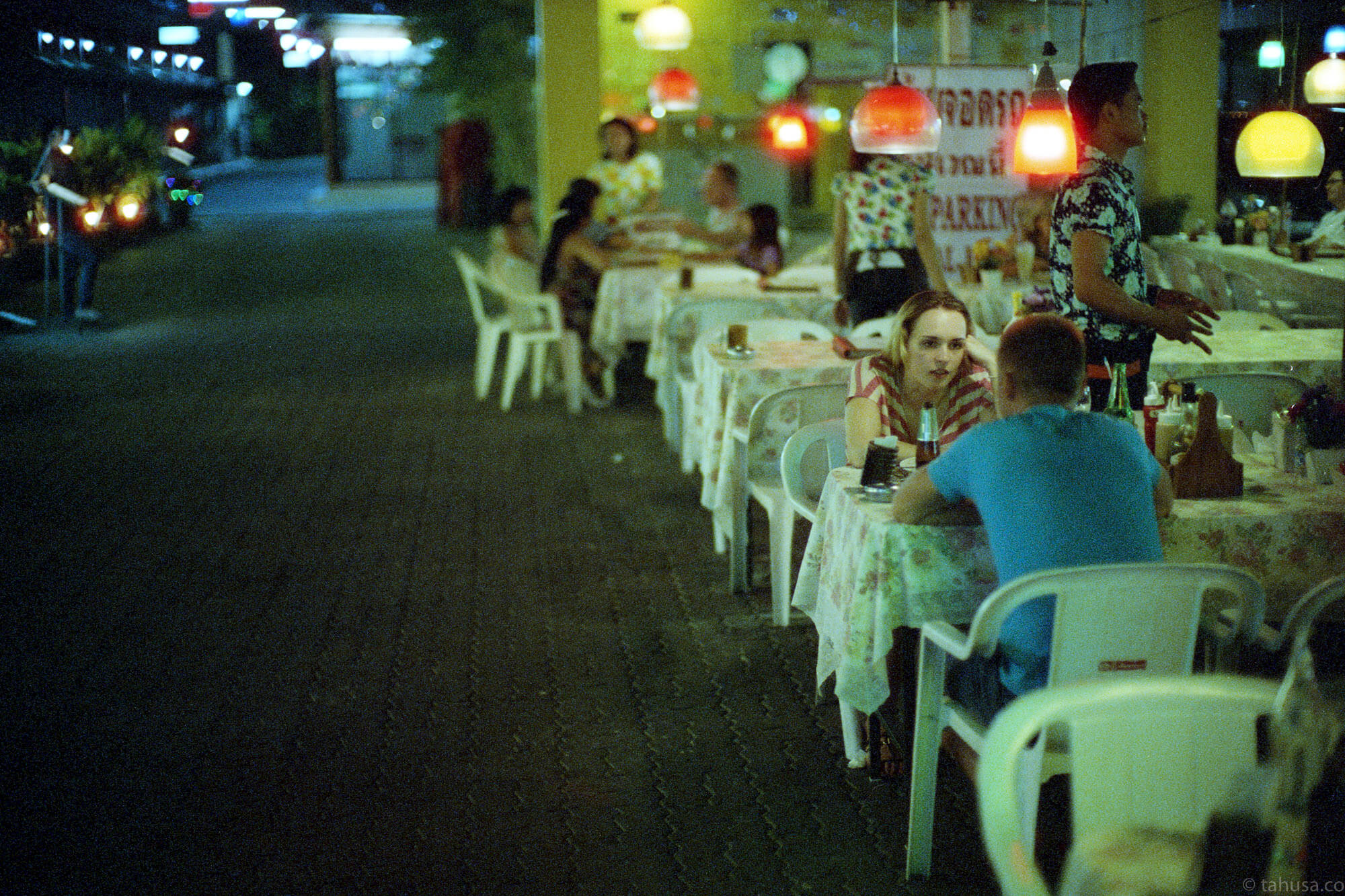 restaurant-pattaya-thailand-HK-Cinestill-800T-800-iso800-Tungsten-film-movie-kodak-with-Noctilux-50mm-f1-f1.0-e58-v1-large-aperture-bokeh-grain-pushed-street-snap