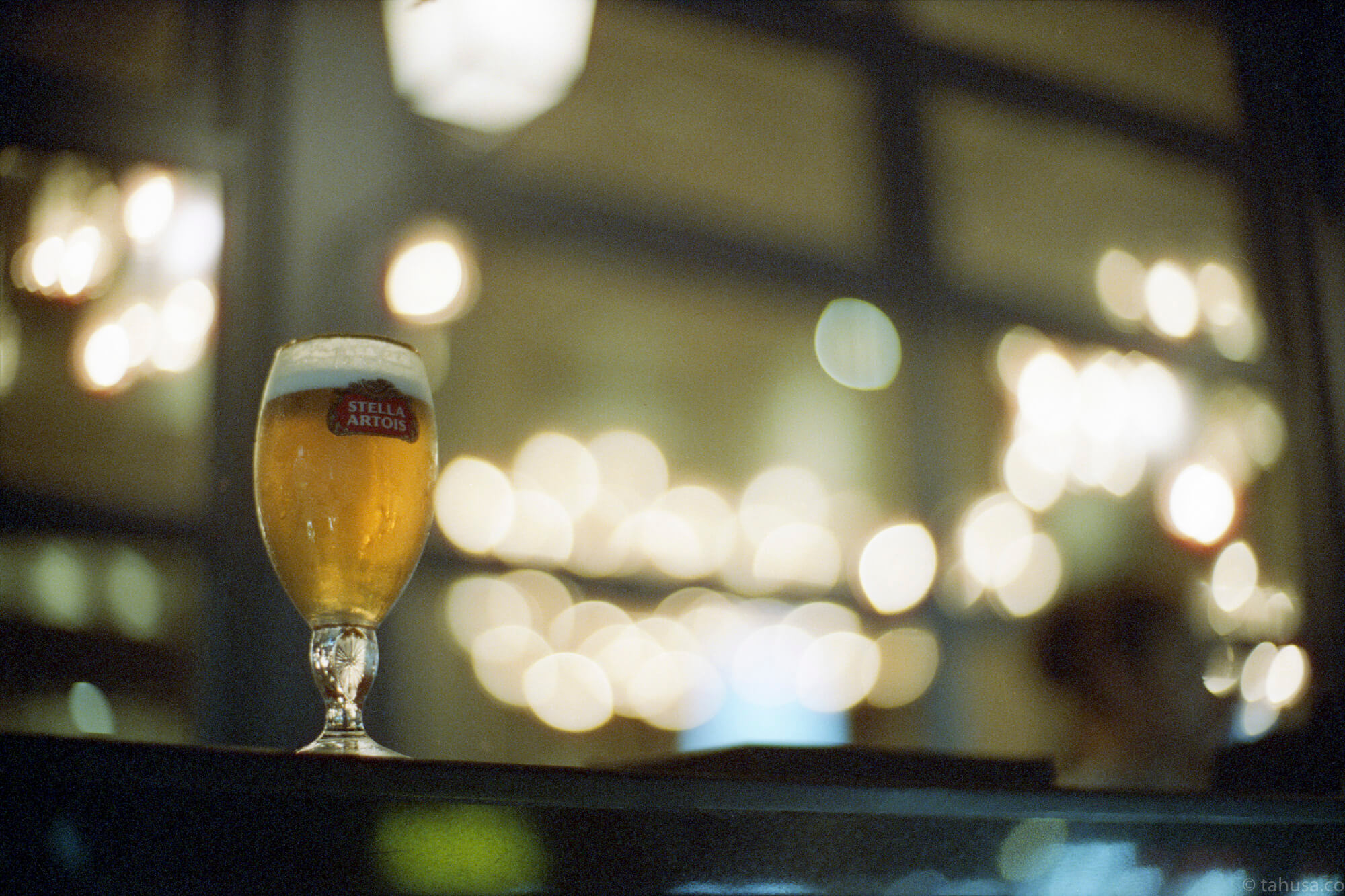 bokeh-blur-smooth-beer-bar-pattaya-thailand-HK-Cinestill-800T-800-iso800-Tungsten-film-movie-kodak-with-Noctilux-50mm-f1-f1.0-e58-v1-large-aperture-bokeh-grain-pushed