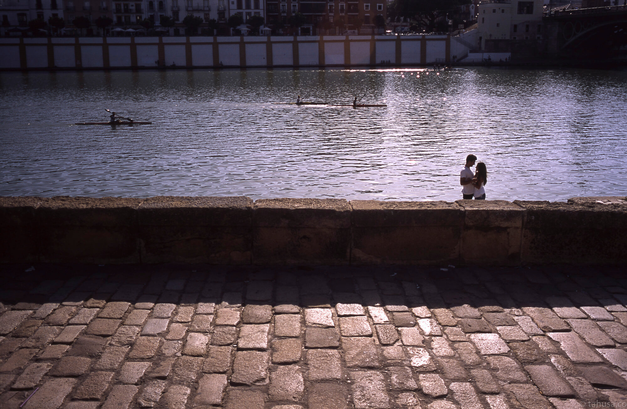 kiss-couple-lovers-intimating-Sevilla-Seville-Spain-Europe-children-walking-positive-film-analog-E6-provia-RDPIII-RDP-fuji-fujifilm-Summicron-35mm-f1-v1-canada-8elements-8ele