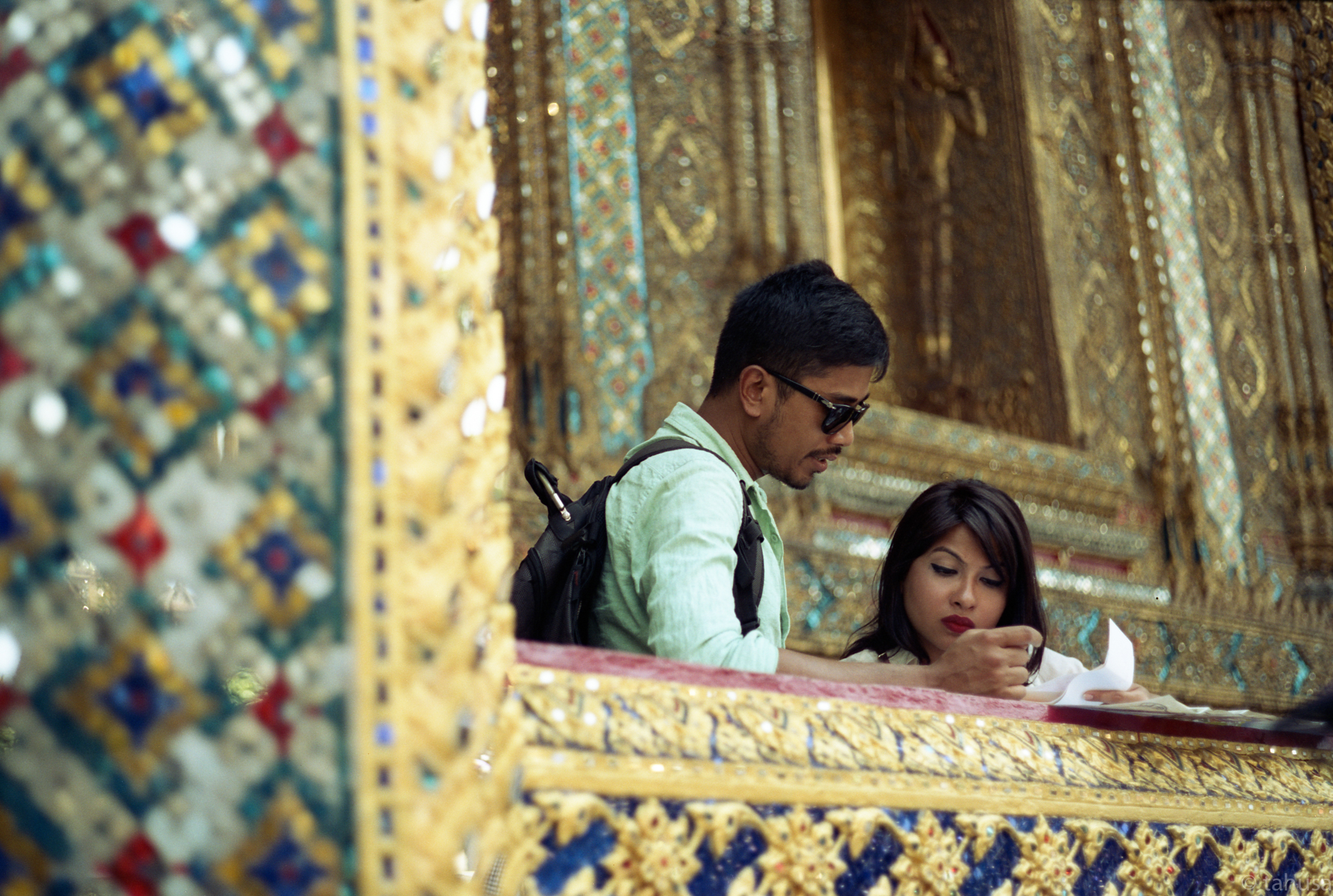 Tourist-visiting-palace-in-bangkok-thailand-wearing-sunglasses-with-shiny-gold-decoration-interior-street-snap-hk-cinestil-cine-cinestill50-50D-film-analog-leica-m2-Noctilux-50mm-f1-e58-v1