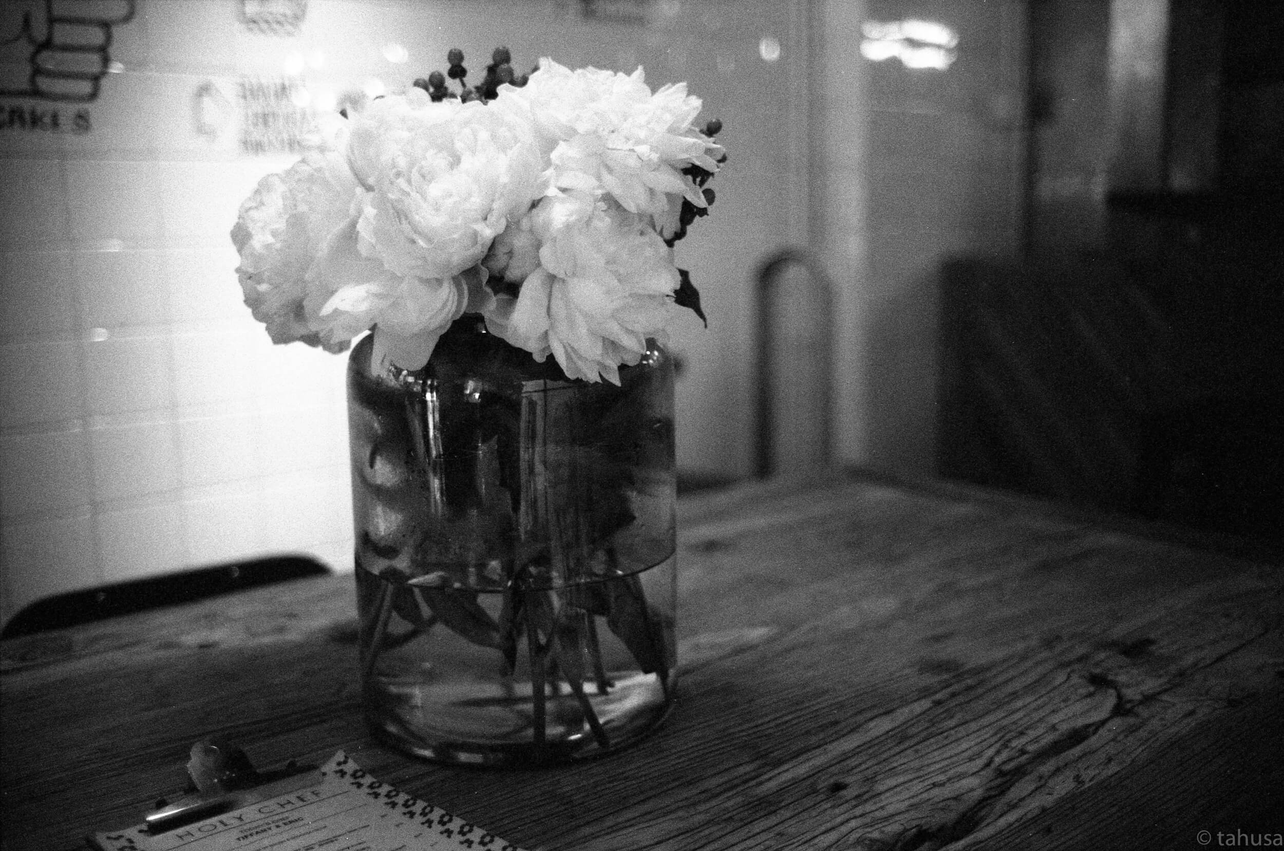 Holy-Chef-Fresh-flower-restaurant-Black-and-white-analog-film-leica-summicron-35mm-f2-35-v1-Kentmere-400-iso400-film-review
