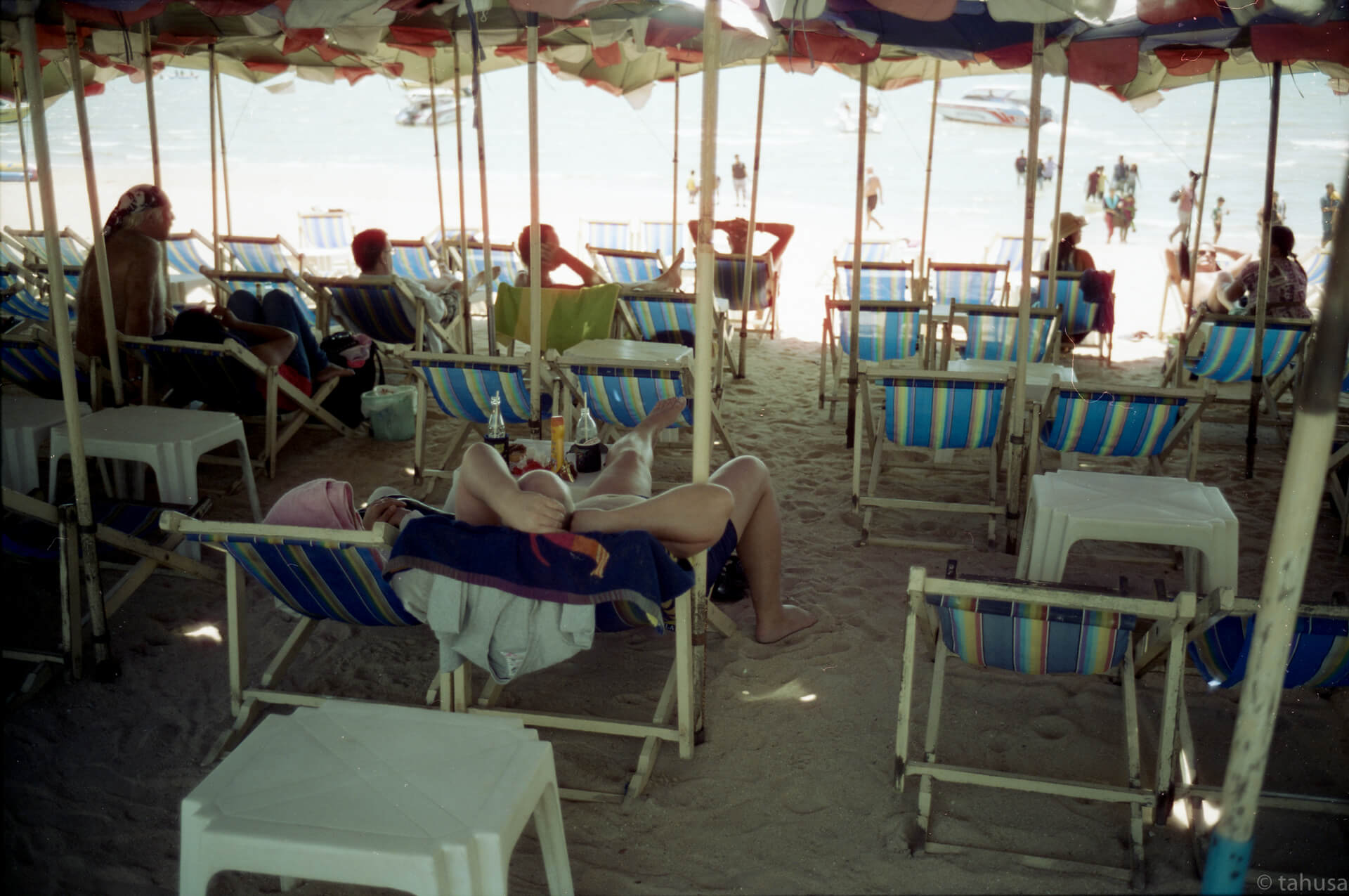 so-hot-but-chill-on-beach-with-cold-drinks-Pattaya-Thailand-using-film-leica-m2-summicron-35mm-f2-v1-8elements-hk-cinestill-Cine-movie-film-analog-c41-unique-color-film-review-street-streetsnap-streetphotography-50D-iso50