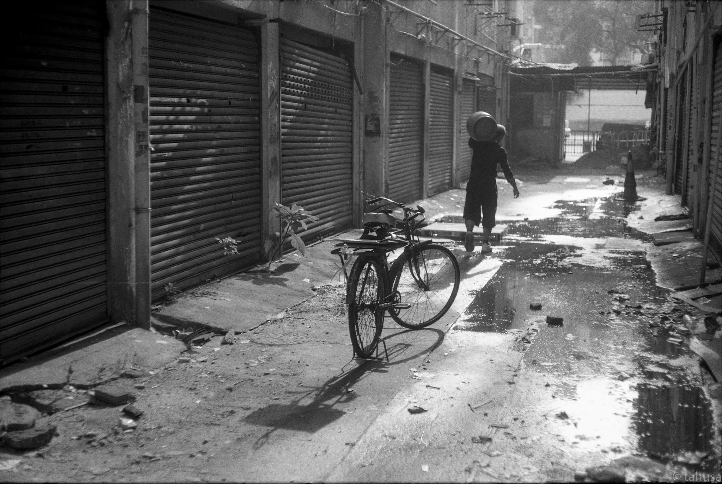 Man-delivering-canned-LPG-gas-to-household-Rigid-summicron-50mm-f2-50-leica-Black-and-white-BW-B&W-film-analog-snap-snapshot-Kentmere-Film-DDX-Ilford-Hong-Kong-Minorities-Slum