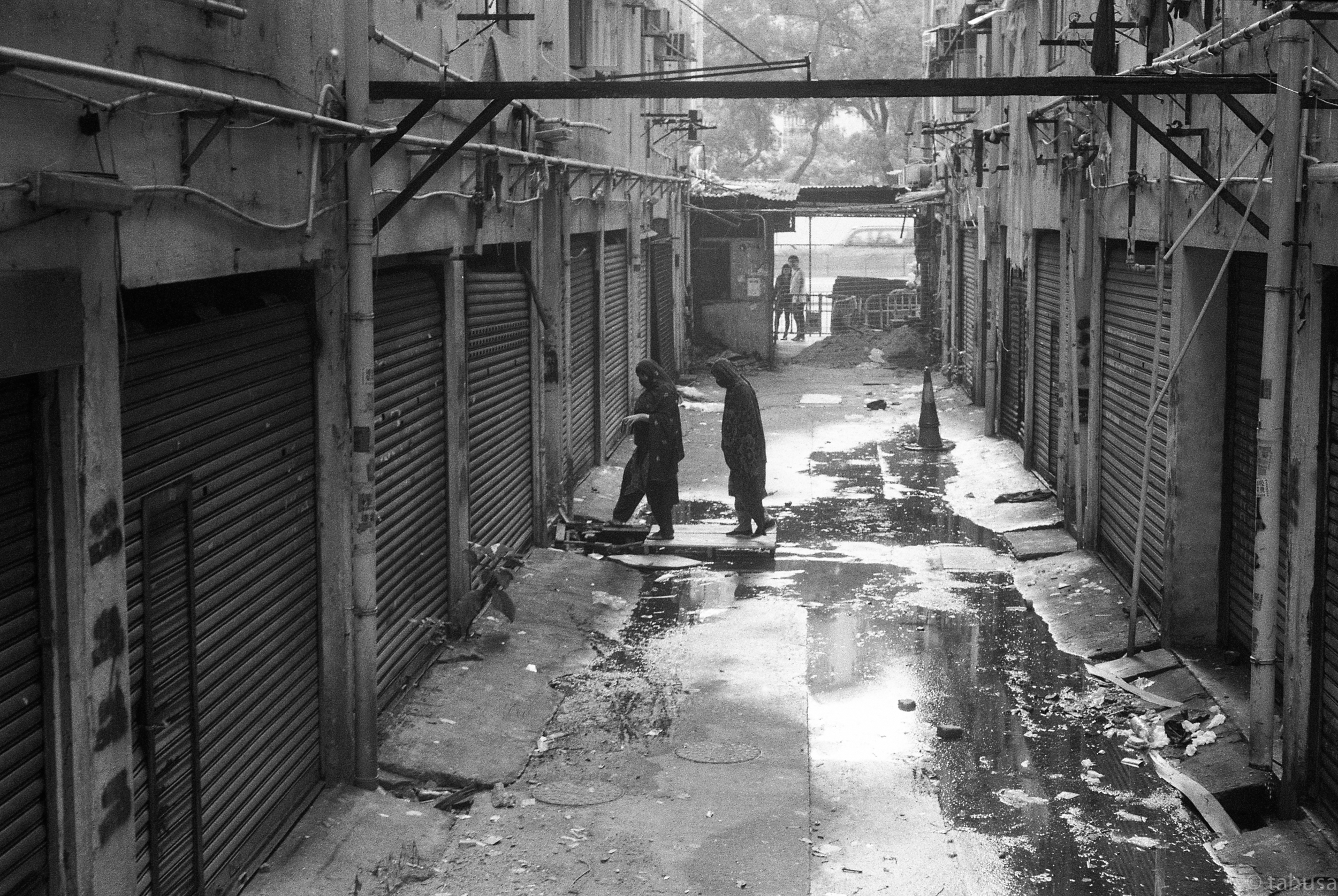 secret-walk-to-other-blocks-Rigid-summicron-50mm-f2-50-leica-Black-and-white-BW-B&W-film-analog-snap-snapshot-Kentmere-Film-DDX-Ilford-Hong-Kong-Minorities-Slum