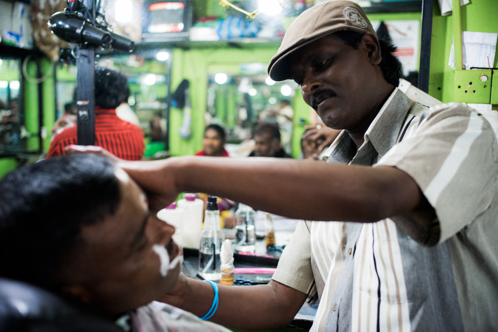 Barber-Haircut-Hairstylist-Hair-Local-shop-Nuwara Eliya-Restaurant-lunch-time-Backpacker-Alone-Street-snap-SriLanka-Sri-Lanka-Sony-Summilux 35mm