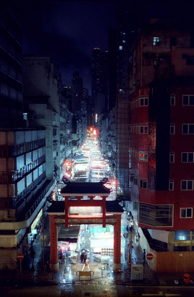 Scenic-Raining-Top-view-Temple-Street-Hong-Kong-Night-Tide-Photo-walk-Night-Street-Snap-CineStill-800T-Tungsten-Leica-Summilux-11663-35mm-pushed-ISO2400-Motion-picture-Colour-Movie-Feel3-Banner