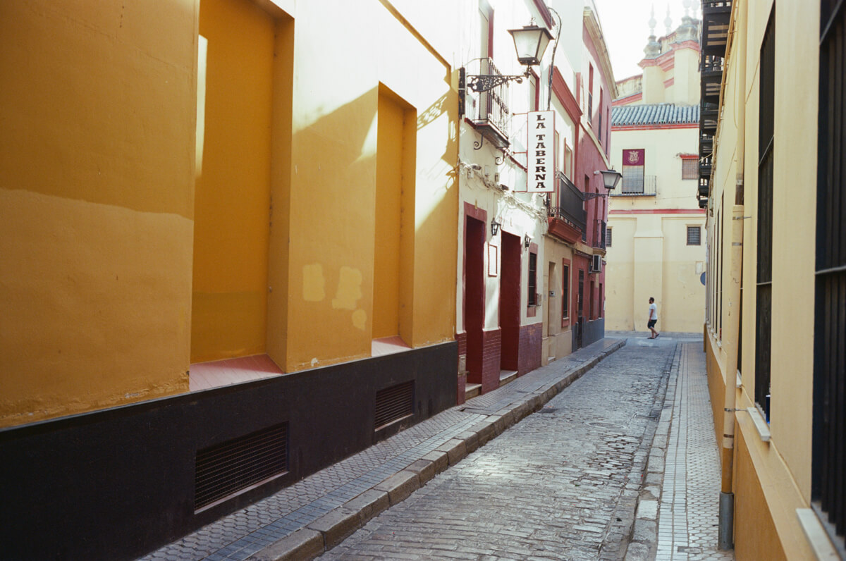 Walking-random-alley-inside-the-city-of-sevilla-spain-afternoon-light-using-film-camera-inserted-ektar100-ektar-kodak-summicron-leica-35mm-f2-v1-8elements-city-scanner-photo-walk-street-snap