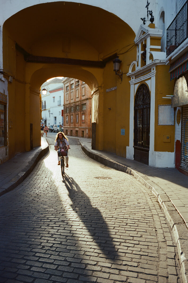 cycling-in-the-city-spain-sevilla-travel-using-film-camera-inserted-ektar100-ektar-kodak-summicron-leica-35mm-f2-v1-8elements-city-scanner-photo-walk-street-snap