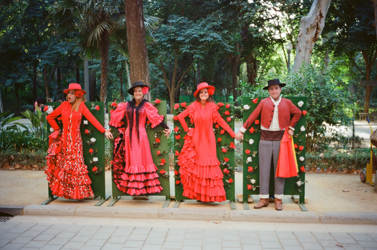 dress-like-a-spainish-spain-sevilla-travel-using-film-camera-inserted-ektar100-ektar-kodak-summicron-leica-35mm-f2-v1-8elements-city-scanner-photo-walk-street-snap
