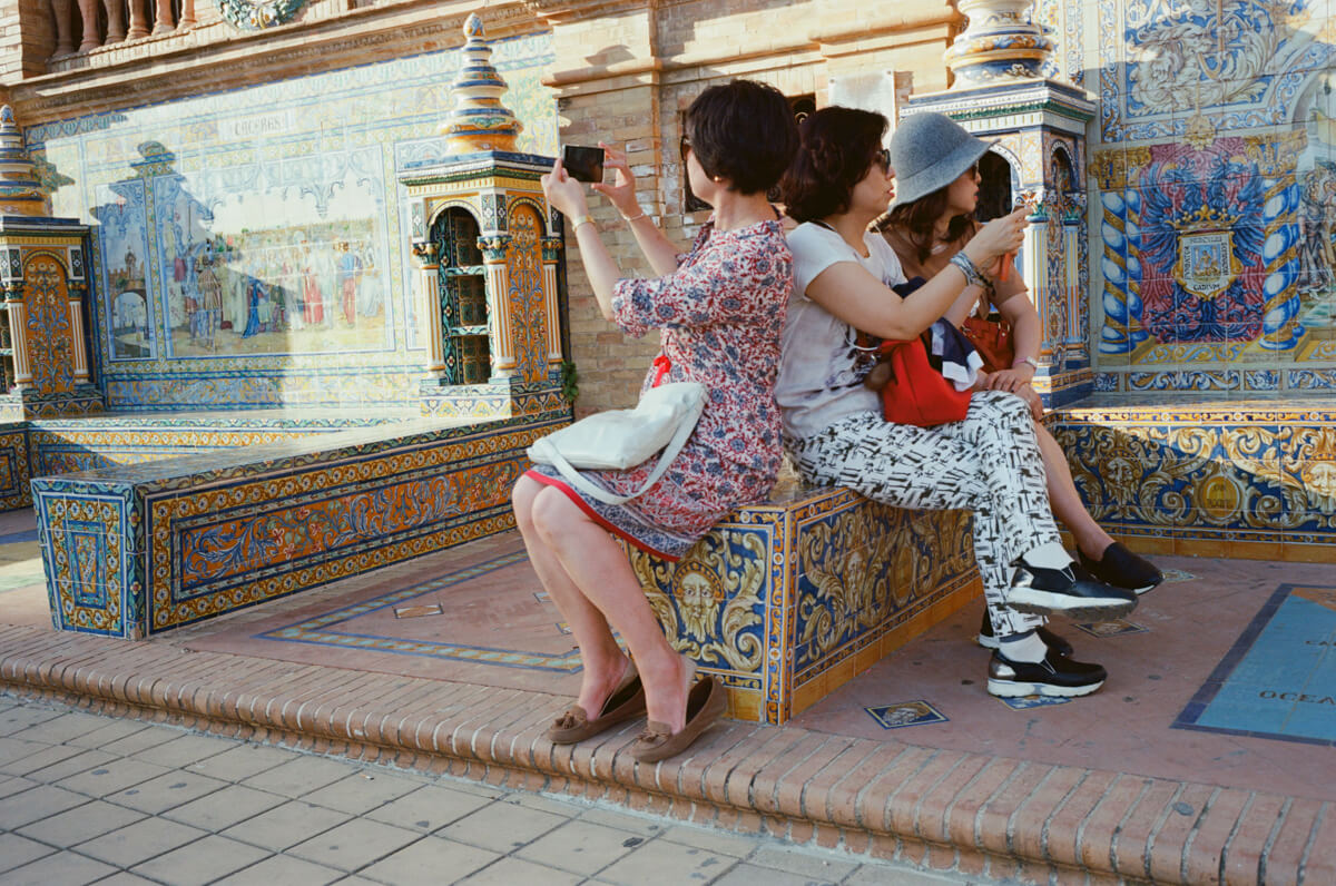 meeting-patterned-dress-woman-tourists-plaza-de-espana-spain-sevilla-travel-using-film-camera-inserted-ektar100-ektar-kodak-summicron-leica-35mm-f2-v1-8elements-city-scanner-photo-walk-street-snap