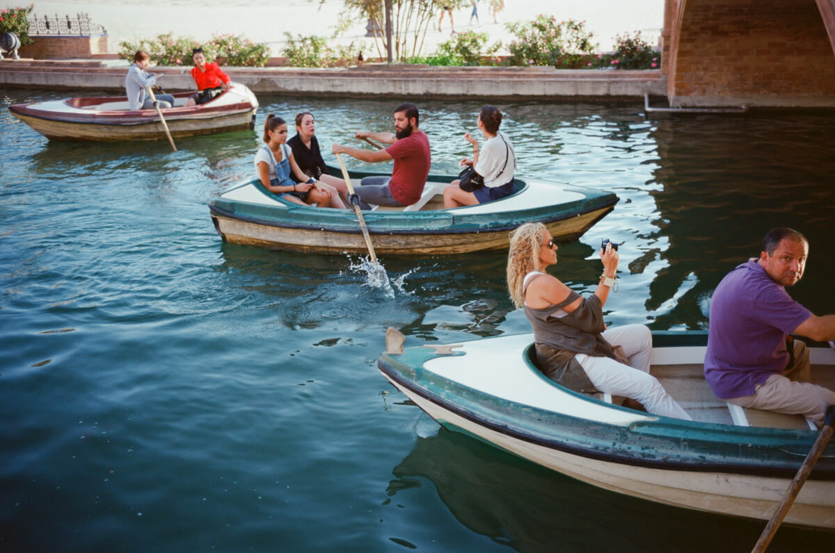 people-in-boats-plaza-de-espana-spain-sevilla-travel-using-film-camera-inserted-ektar100-ektar-kodak-summicron-leica-35mm-f2-v1-8elements-city-scanner-photo-walk-street-snap