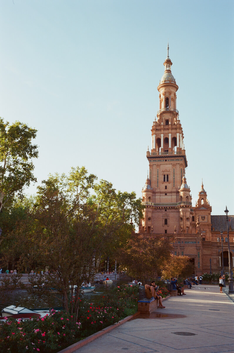 plaza-de-espana-tourist-spot-spain-sevilla-travel-using-film-camera-inserted-ektar100-ektar-kodak-summicron-leica-35mm-f2-v1-8elements-city-scanner-photo-walk-street-snap