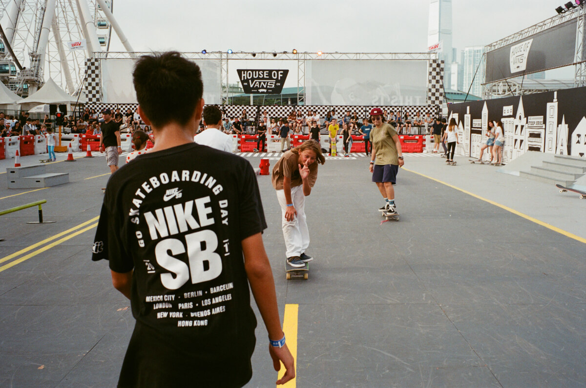 skate-come-back-kid-happy-sh-street-snap-outstreet-Photo-walk-hong-kong-hk-hongkong-City-snaps-cities-scanner-film-using-leica-m2-summicron-35mm-f2-iv-pre-asph-analog-shutter-alliance