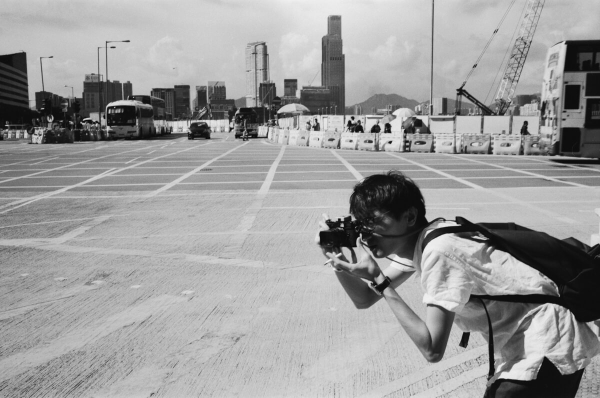 Keith-in-action-shooting-Hong-Kong-HK-JCH-japan-camera-hunter-street-pan-400-iso-black-and-white-bw-film-review-analog-135-Leica-M2-Summicron-35mm-f2-pre-asph-IV