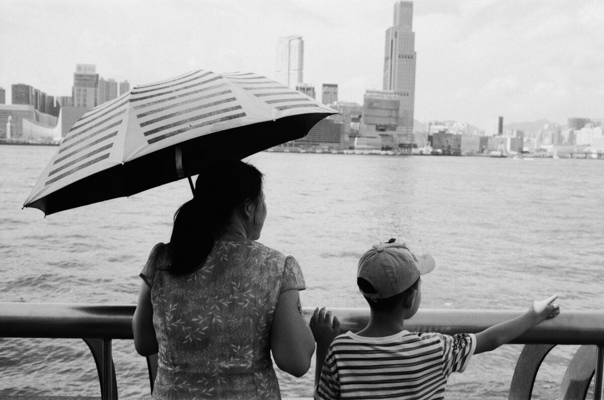 Stripes-chinese-tourists-Hong-Kong-HK-JCH-japan-camera-hunter-street-pan-400-iso-black-and-white-bw-film-review-analog-135-Leica-M2-Summicron-35mm-f2-pre-asph-IV
