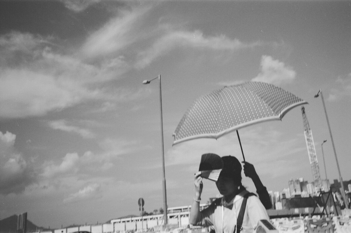 Third-hand-holding-umbrella-sunny-Hong-Kong-HK-JCH-japan-camera-hunter-street-pan-400-iso-black-and-white-bw-film-review-analog-135-Leica-M2-Summicron-35mm-f2-pre-asph-IV