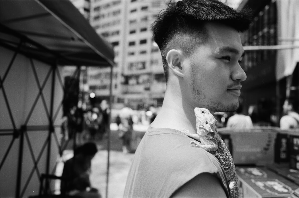 lizard-his-pet-at-work-Hong-Kong-HK-JCH-japan-camera-hunter-street-pan-400-iso-black-and-white-bw-film-review-analog-135-Leica-M2-Summilux-35mm-f1.4-ASPH-FLE-11663