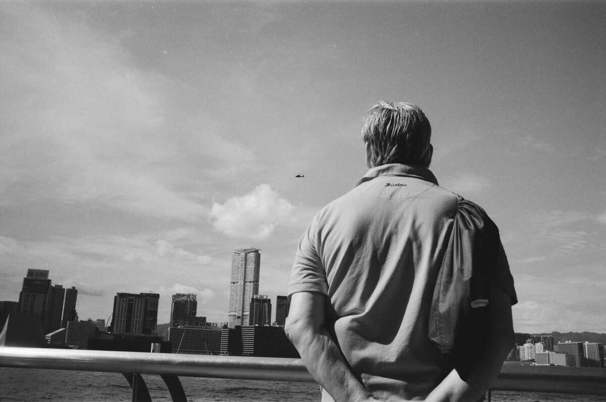 looking-at-helicopter-waterfront-Hong-Kong-HK-JCH-japan-camera-hunter-street-pan-400-iso-black-and-white-bw-film-review-analog-135-Leica-M2-Summilux-35mm-f1.4-ASPH-FLE-11663
