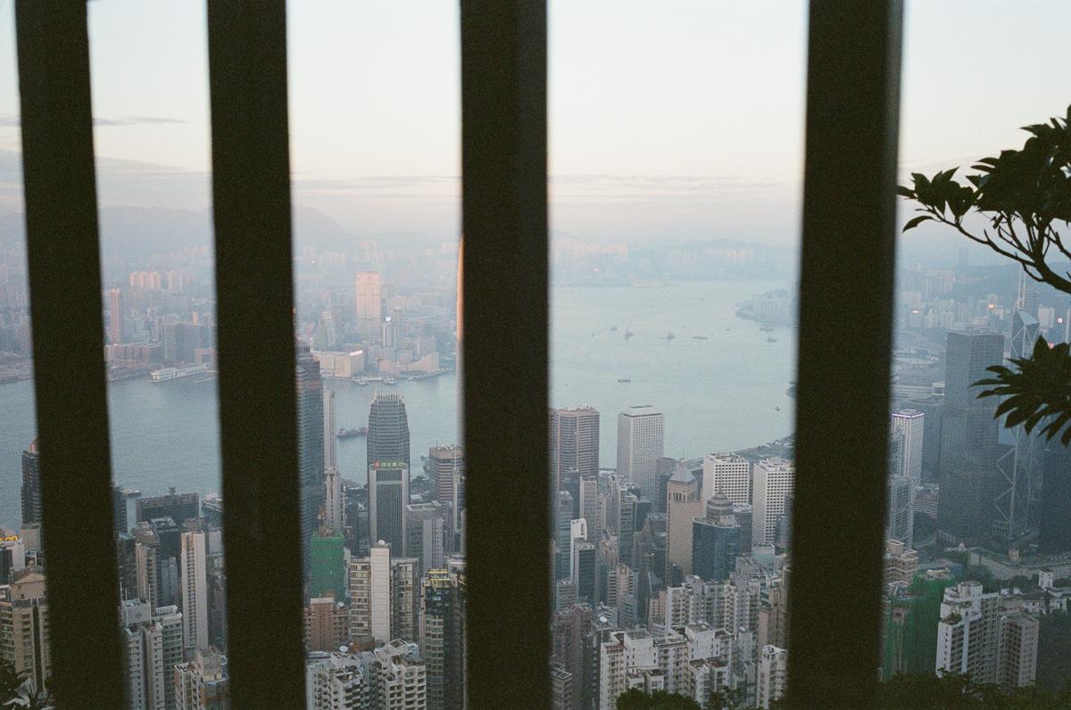 HK-City-peak-hong-kong-throught-the-gate-photowalk-photo-walk-shutteralliance-shutter-alliance-central-fuji-fujifilm-pro400H-negative-film-community-leica-summicron-35mm-f2-v1-lens