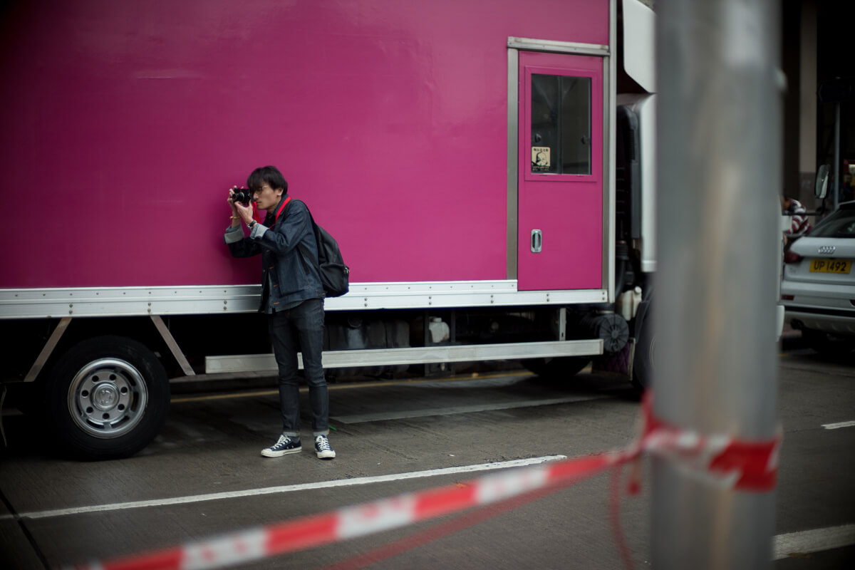 Keith-shooting-next-to-truck-with-purple-colour-Hong-Kong-Shutter-Alliance-Photowalk-photo-walk-hk-North-Point-Leica-m10-digital-camera-rangefinder-Noctilux-50mm-f1-e58-v1-bokeh
