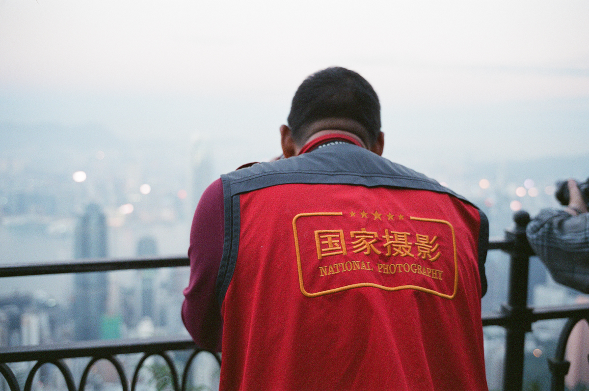 Peak-lookout-man-wearing-national-photo-shirt-with-tripod-photowalk-photo-walk-shutteralliance-shutter-alliance-central-fuji-fujifilm-pro400H-negative-film-community-leica-summicron-35mm-f2-v1-lens